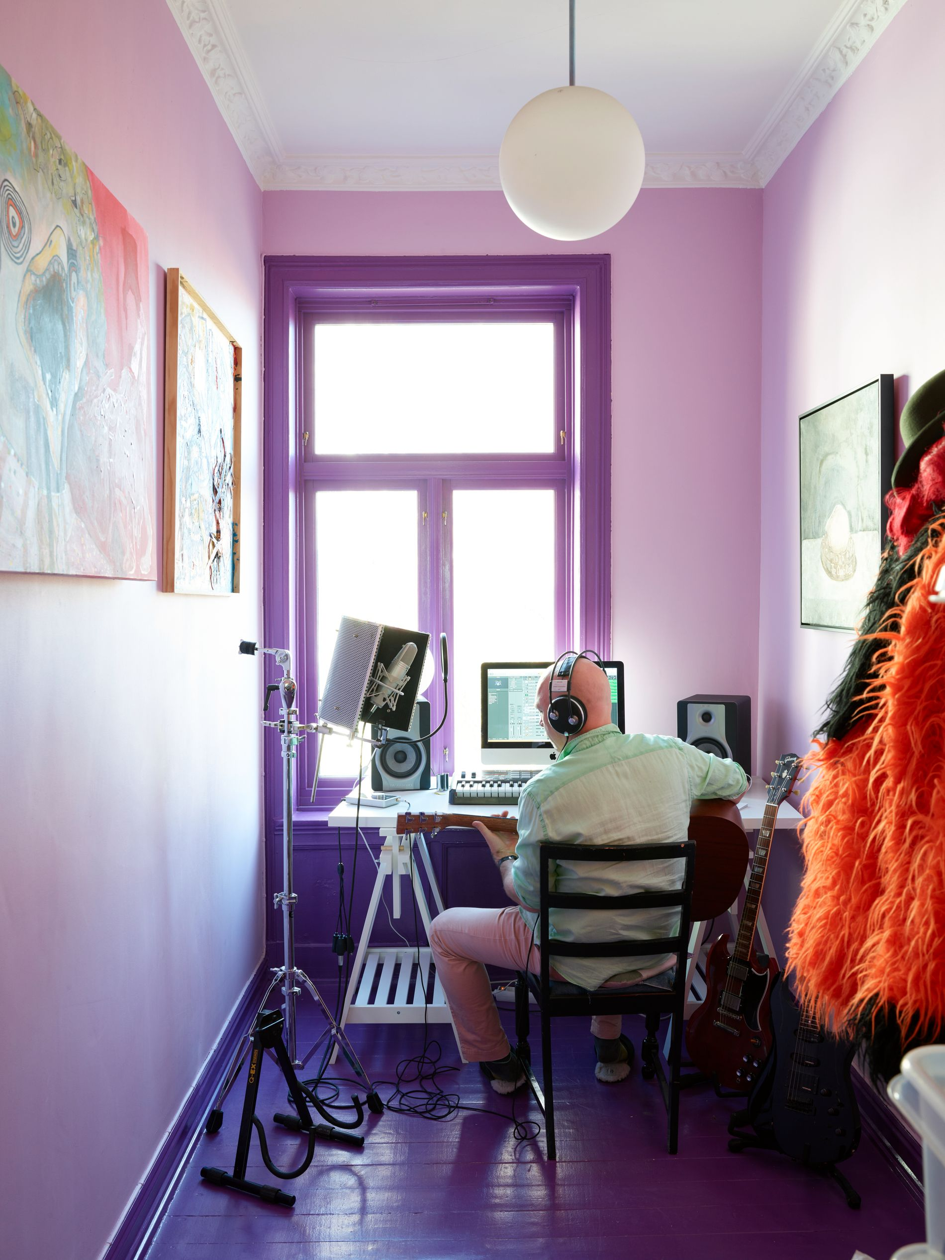 LILLA: Bak en rød dør finner vi Håtuns musikkstudio. Han har valgt å omgi seg med nyanser av lilla.