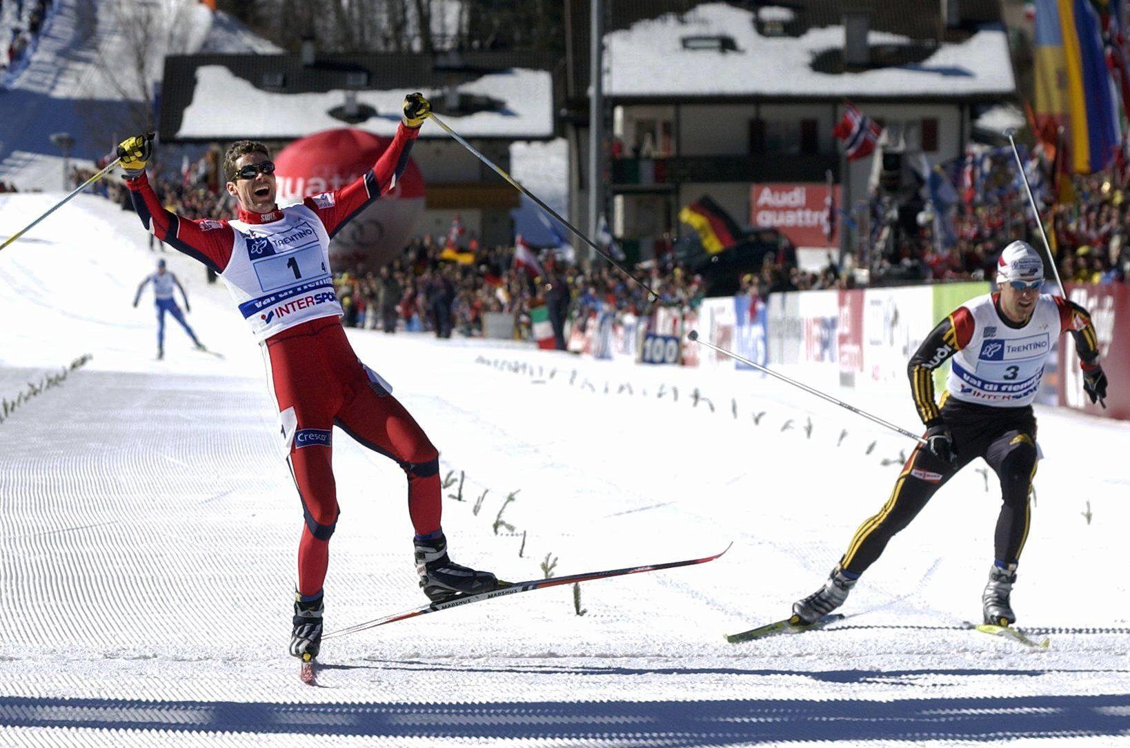 Thomas Alsgaard spurter inn til seier på stafetten i 2003. Det hadde han ikke fått muligheten til, hvis ikke Jørgen Brink (i bakgrunnen) hadde sprukket på siste etappe.