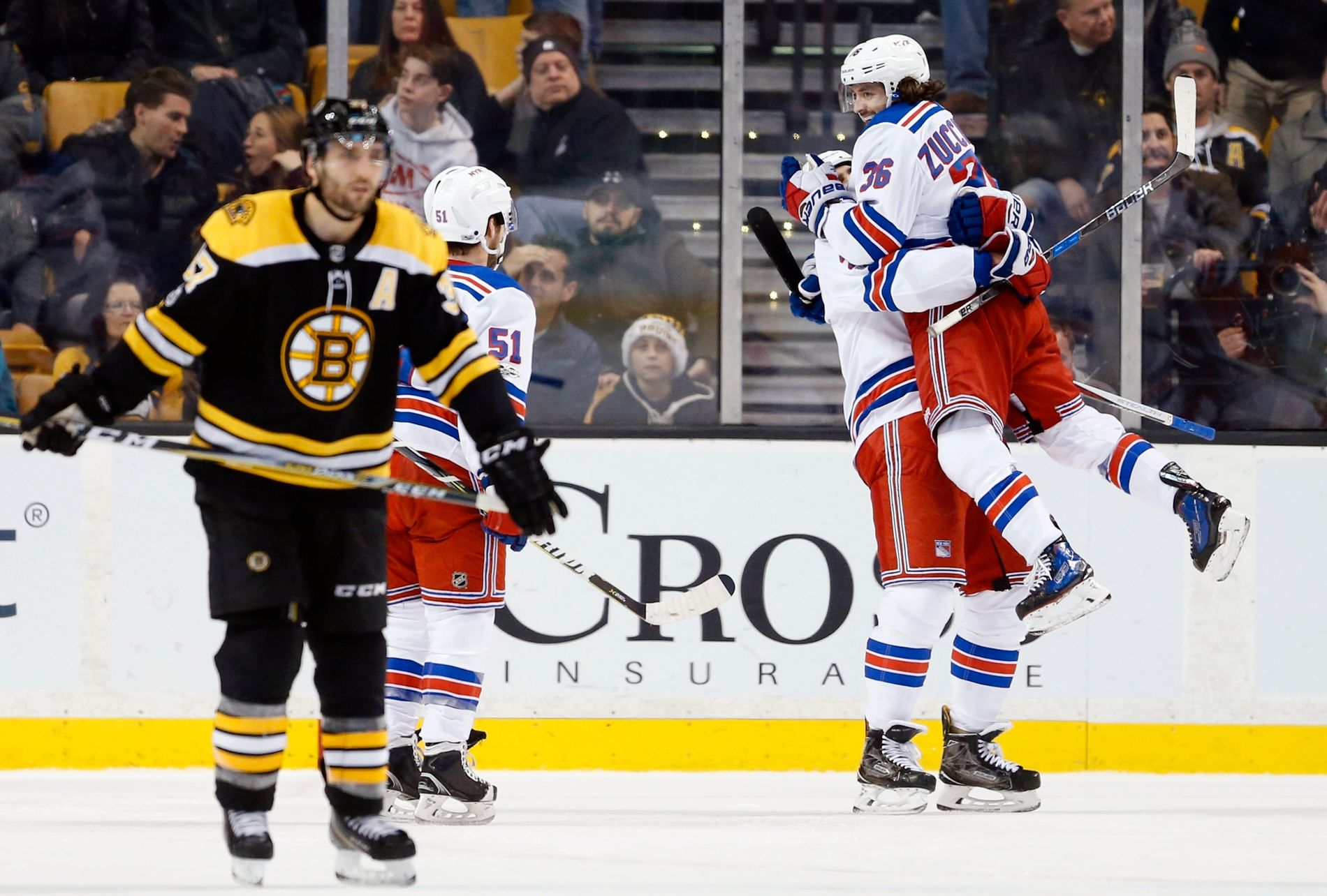 Mats Zuccarello jubler for scoringen på overtid mot Boston Bruins.