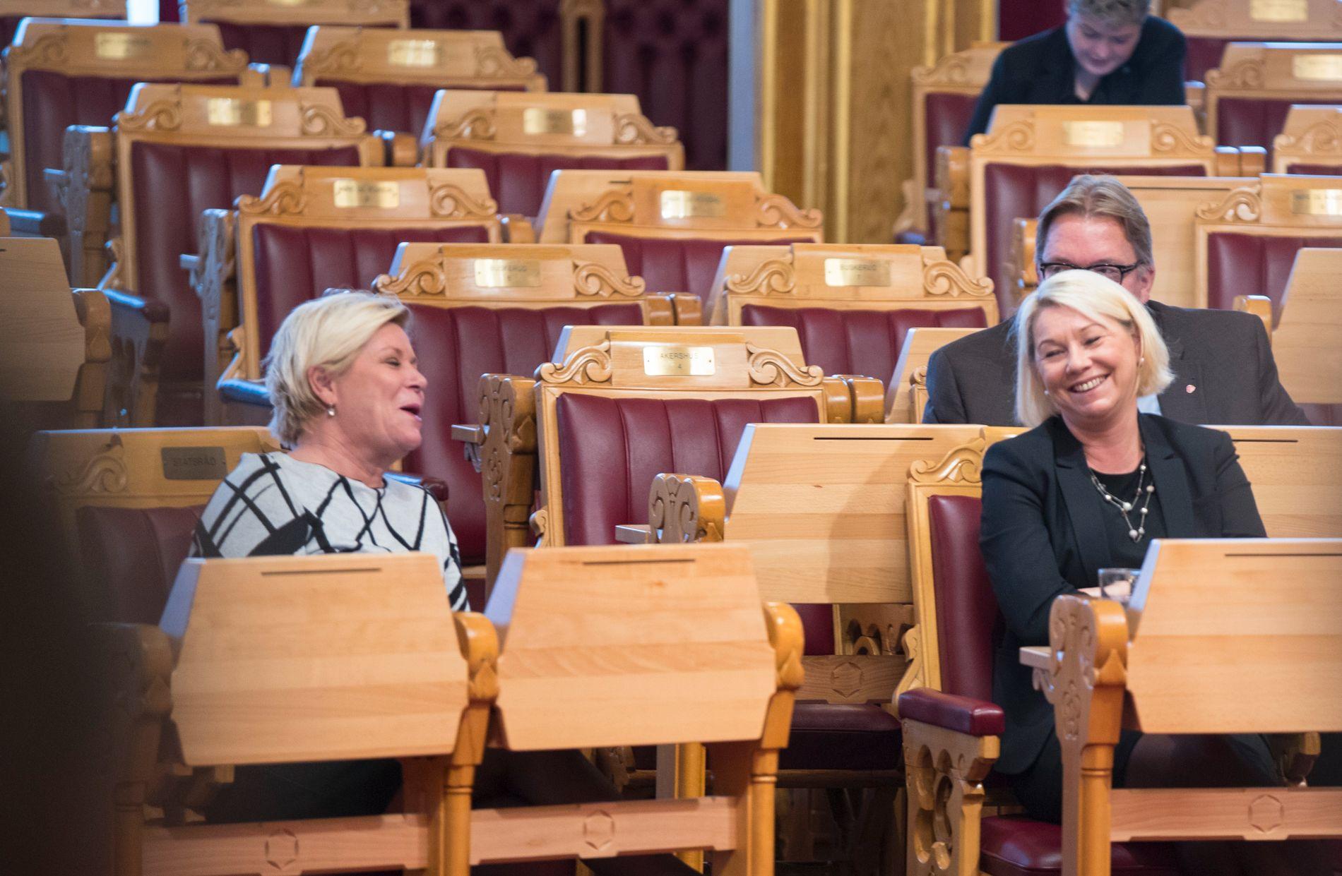 BOM STOPP: Finansminister Siv Jensen (Frp) og kommunal- og moderniseringsminister Monica Mæland (H) er to av dei som no har sin eigen bompengepolitikk i regjeringa. Her er dei i stortingssalen i oktober 2018.