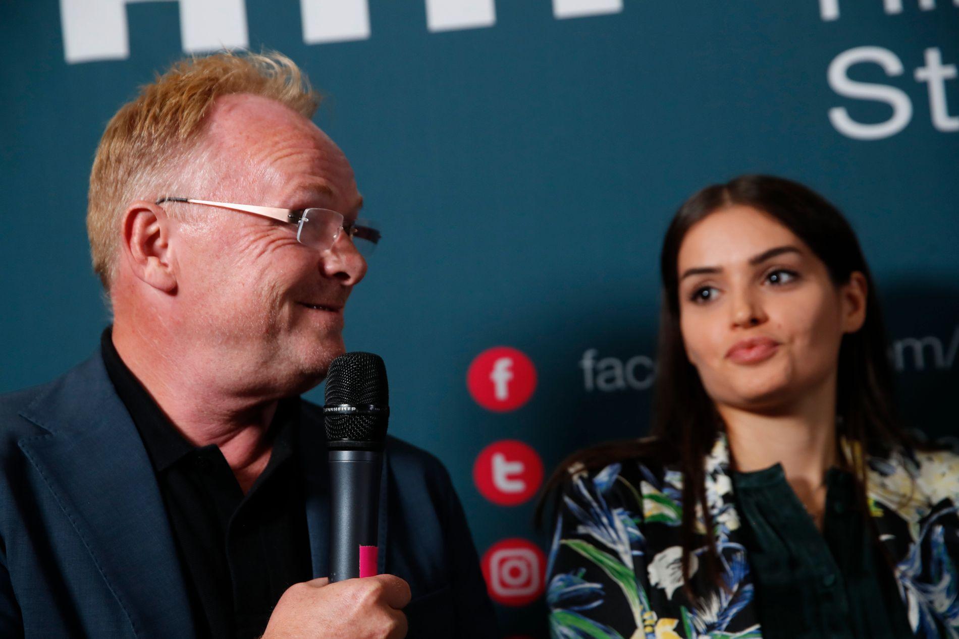 PRESSEKONFERANSE: Per Sandberg og kjæresten Bahareh Letnes møtte pressen i Arendal tirsdag kveld.