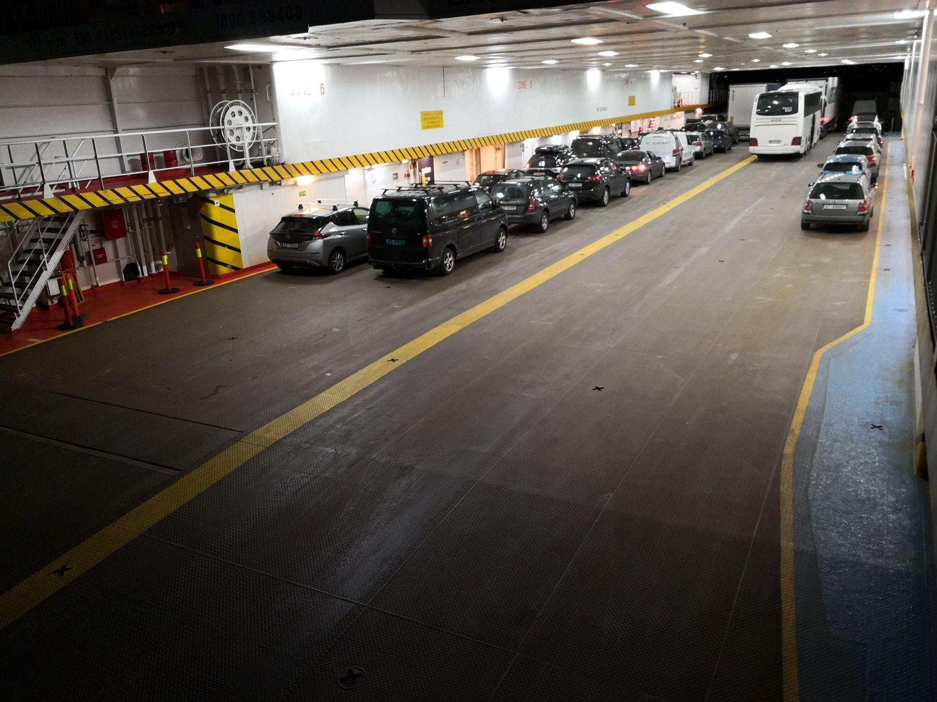 KANSELLERT: Avgangene klokken 19.20 fra Halhjem og klokken 20.10 fra Sandvikvåg innstilles på grunn av stor trafikk. Samtidig fylles ikke fergene helt opp, sier passasjer Grim Moberg.