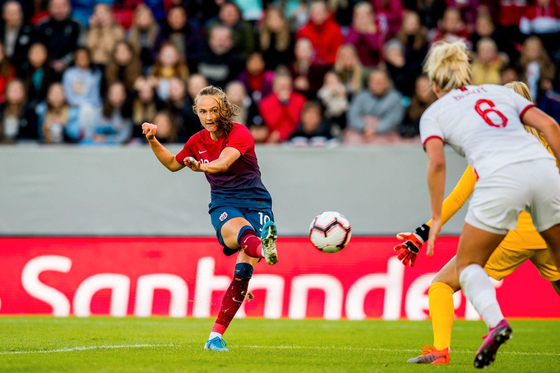 Caroline Graham Hansen har hatt en fin uke. Tirsdag ble hun matchvinner for Norge mot England, mens hun lørdag scoret mål og fikk assist i Barcelona-debuten.