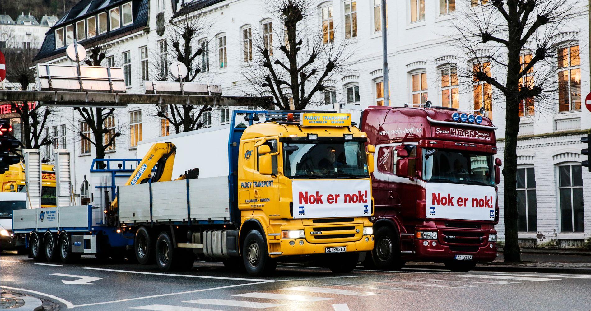 PROTEST: Aksjonister protesterer jevnlig mot bompenger ved å kjøre sakte i Bergens-gatene. Hvordan vil disse aksjonene bli vurdert om 30 års tid?