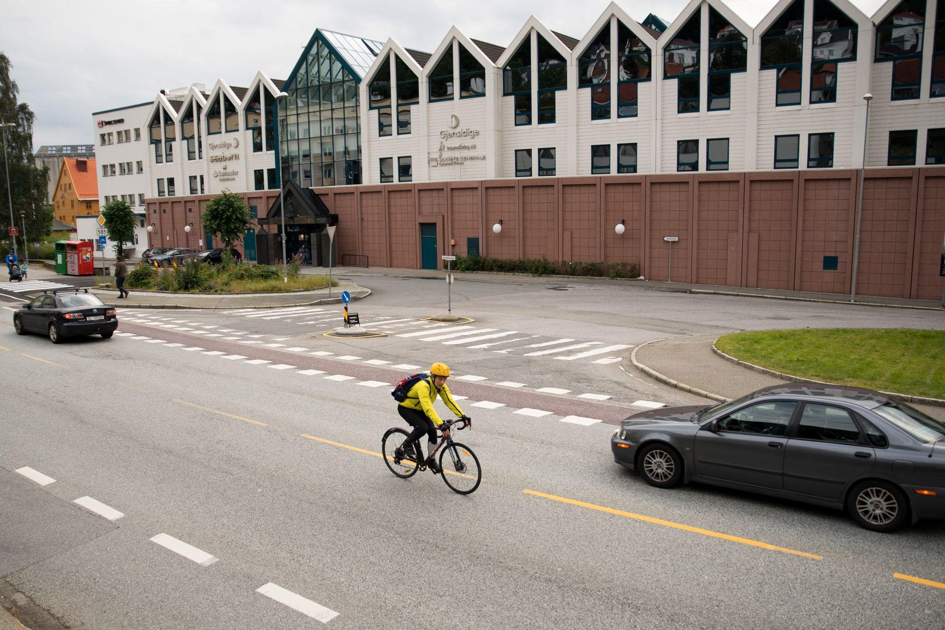 UOVERSIKTLIG: For å få folk til å sykle, må man lage sammenhengende sykkelruter med tydelig oppmerking, og uoversiktlige kryss må ha trafikklys. Det trengs for eksempel i Sandviken ved Gjensidigebygget (bildet), skriver innsenderen.