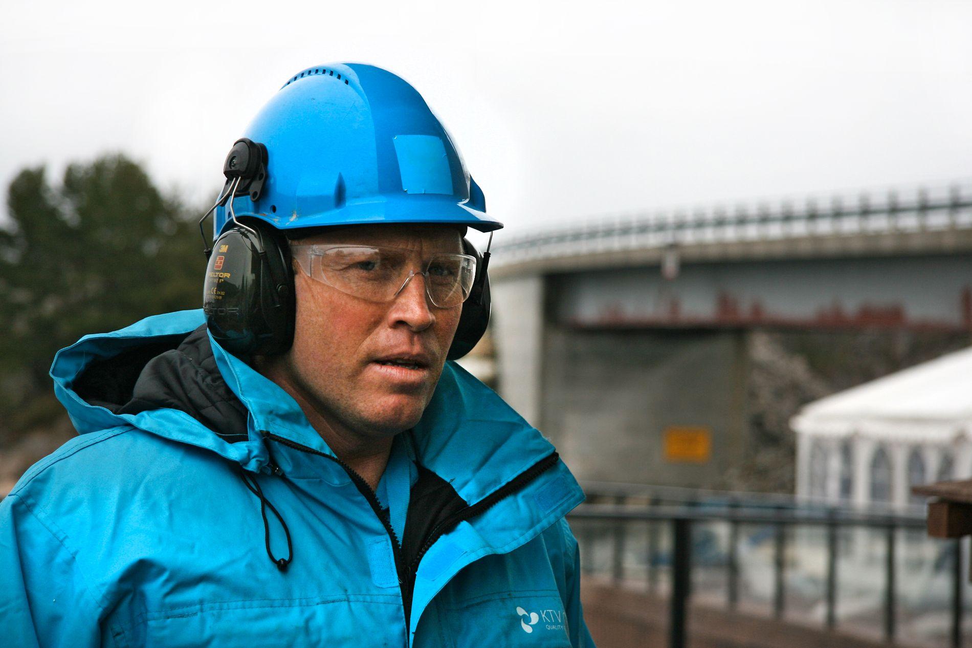 FJERNER: Kennet Nilsen og KTV Group fjerner tagging og grafitti.