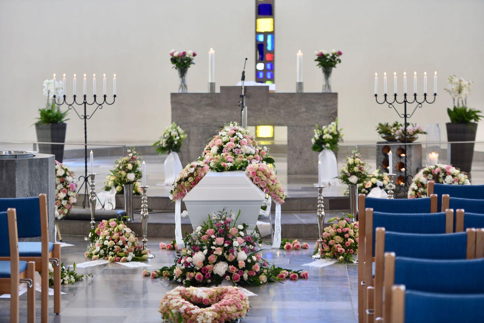 KISTEN: Slik sto kisten pyntet i Foldnes kyrkje før seremonien startet.