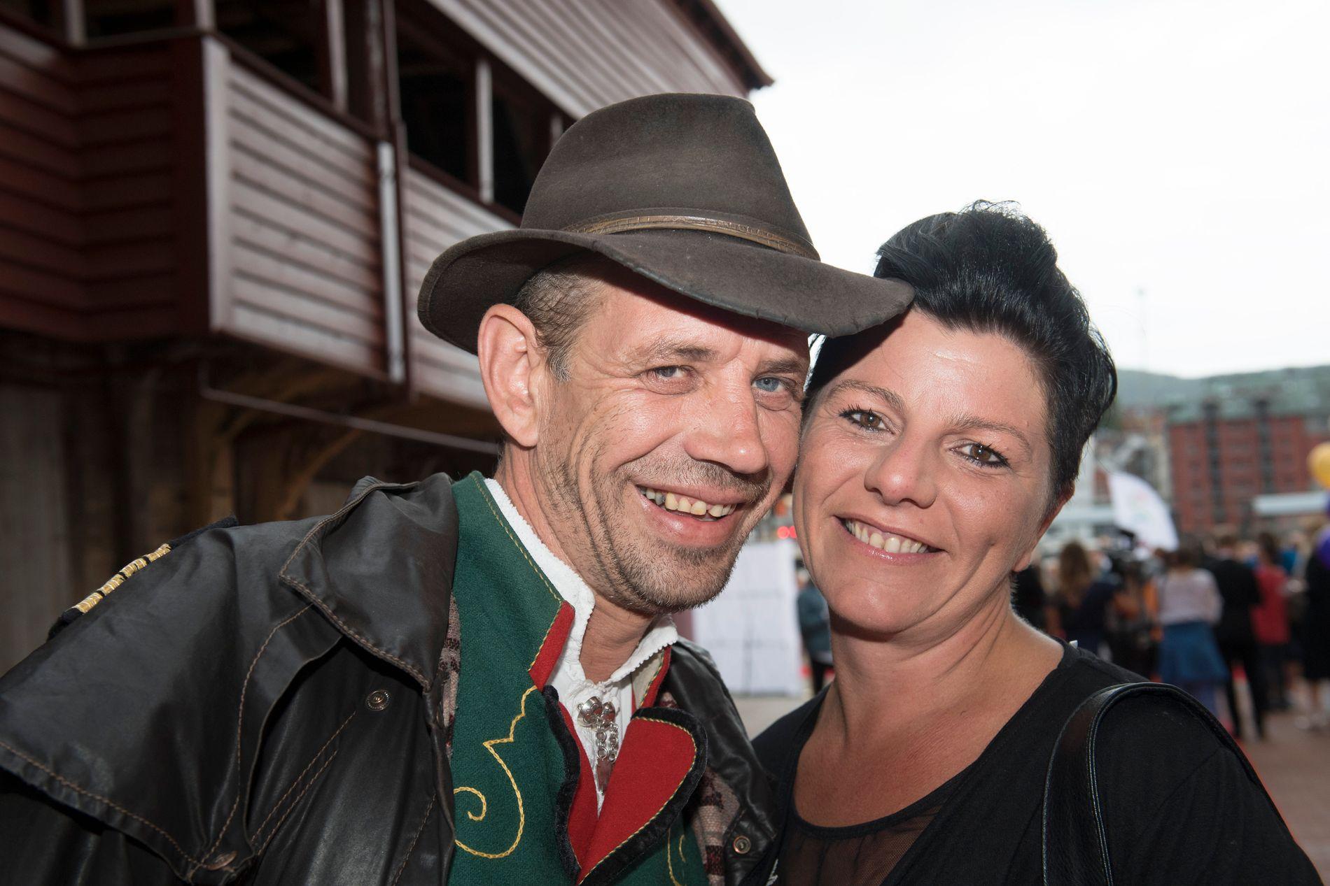 SAMBOER: Lothepus og samboeren Randi Sørum. Hun får vinnerbilen.