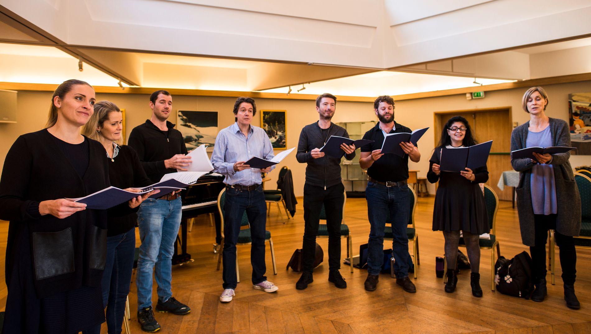 JESU' SISTE DAGER: De åtte sangerne i Edvard Grieg Kor synger John Stainers påskepasjon i Domkirken på langfredag.