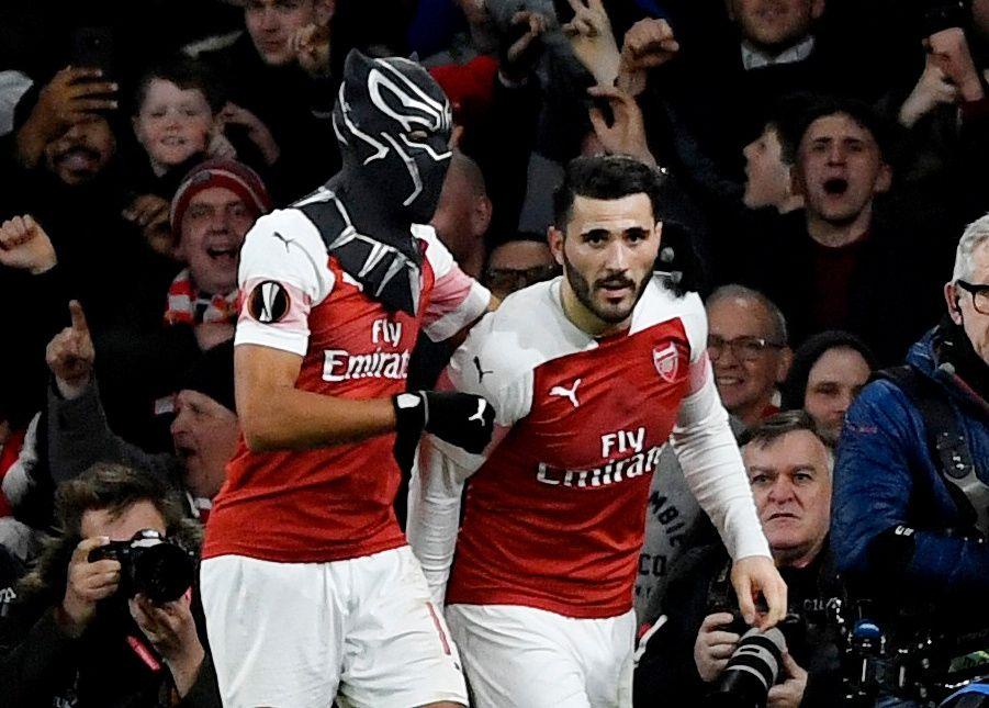 LEKEN: Arsenal-spiller Pierre-Emerick Aubameyang feiret 3-0-scoringen mot Rennes ved å ta på seg en maske. Sead Kolasinac jubler med sin lagkamerat.