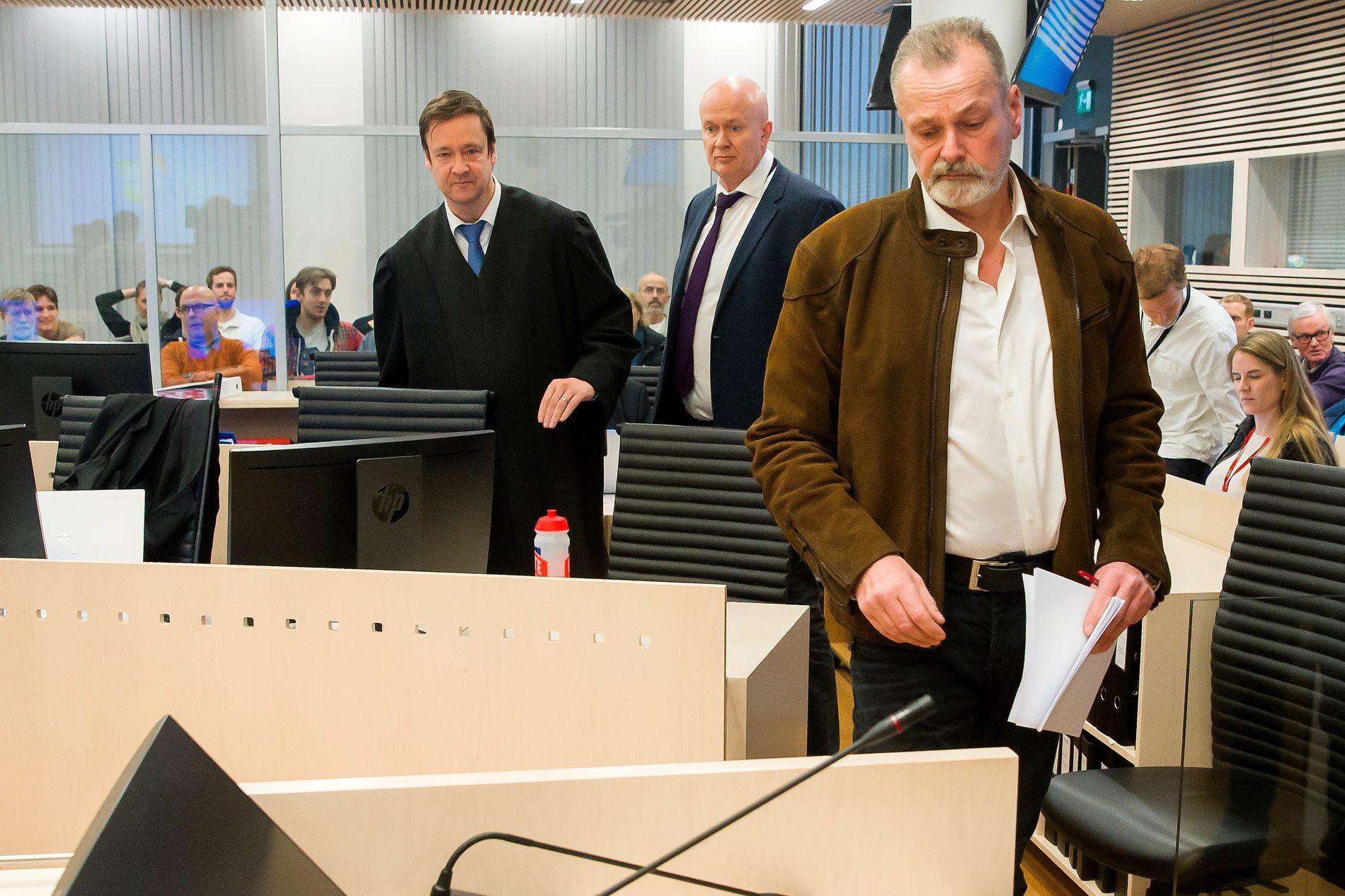 FORKLARTE SEG: Den tidligere politimannen Eirik Jensen begynte tirsdag på sin forklaring i rettssaken mot ham og Gjermund Cappelen. I bakgrunnen står hans forsvarere John Christian Elden og Arild Holden.