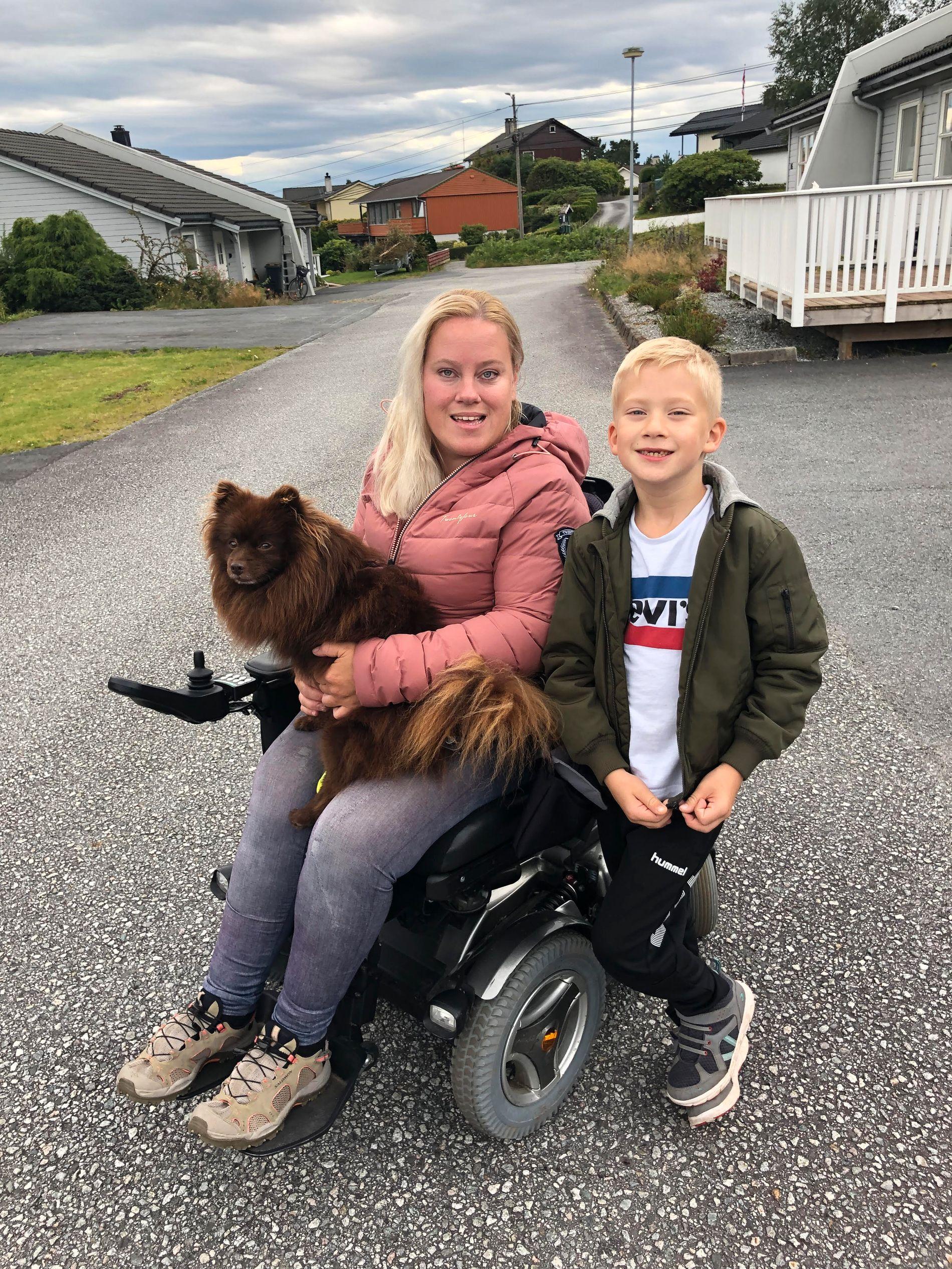 INKLUDERENDE: Camilla Stensletten føler seg velkommen på Bybanen. Her er hun sammen med sønnen Emil Aleksander og hunden Max.