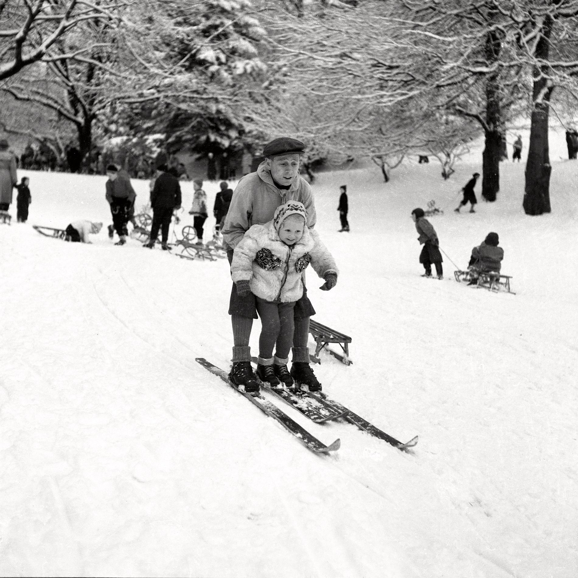 TIDLIG VINTER: I 1952 kom vinteren allerede siste søndag i november. Da var det bare å finne frem ski og kjelker og komme seg ut – i Nygårdsparken.
