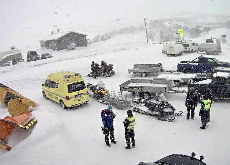 ULYKKE: Politi, ambulanse og brannfolk har rykket ut til ulykkesstedet. Her er nødetatene ved Haugastøl bom på riksvei 7 rundt klokken 14.20.