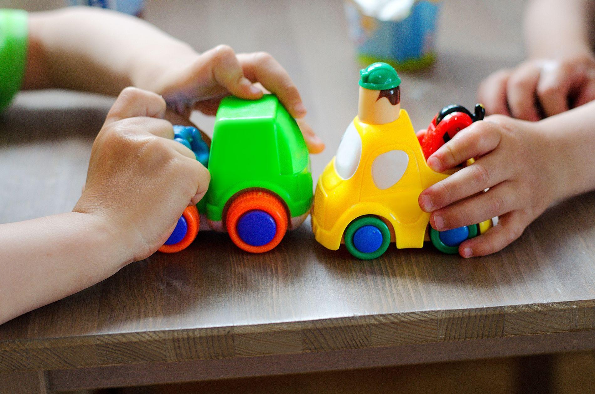 ALEINE: I løpet av dei ti minutta eg er aleine med barnegruppa, ramlar eit barn ned frå ein stol , skriv Jenny Rømo.