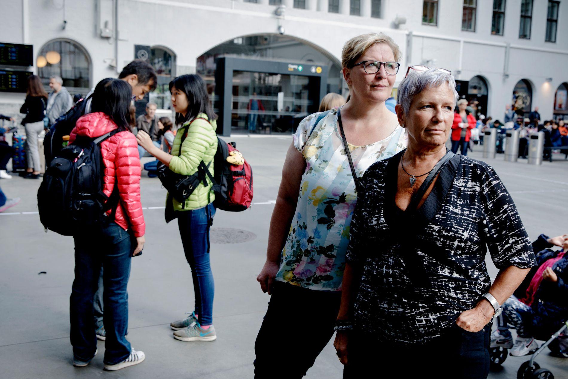 RAMMET: Lisbeth Almeland (til høyre) og Marianne Schmidt havnet midt i kaoset på togstasjonen onsdag morgen. De håper å få booket om billettene til lørdag.
