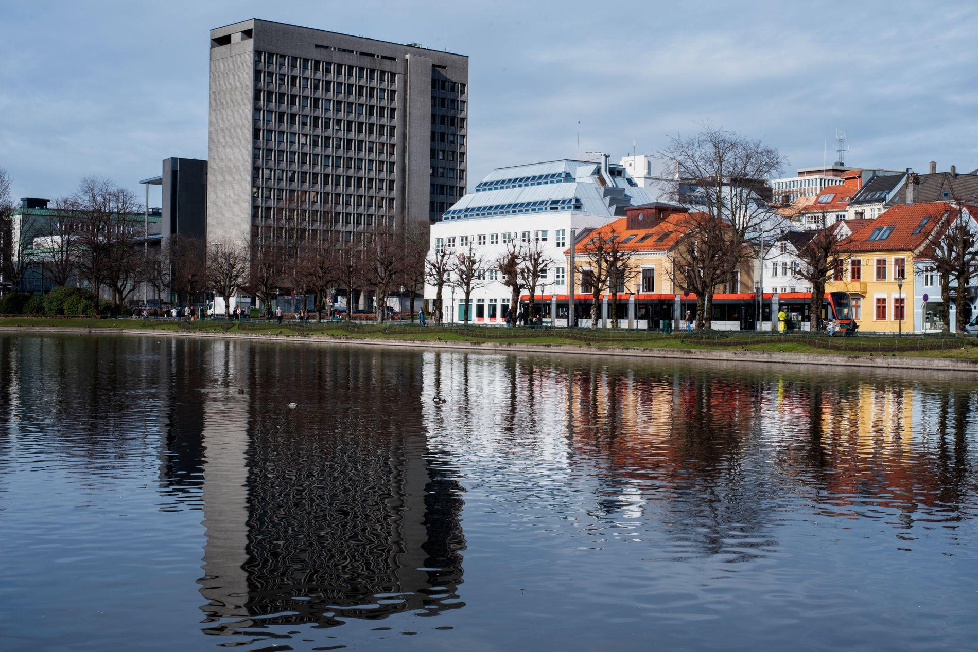 RÅDHUSET: Rådhuset ble reist i 1974 og naturbetong ble for første gang tatt i bruk i Bergen, ifølge nettstedet grind.no.