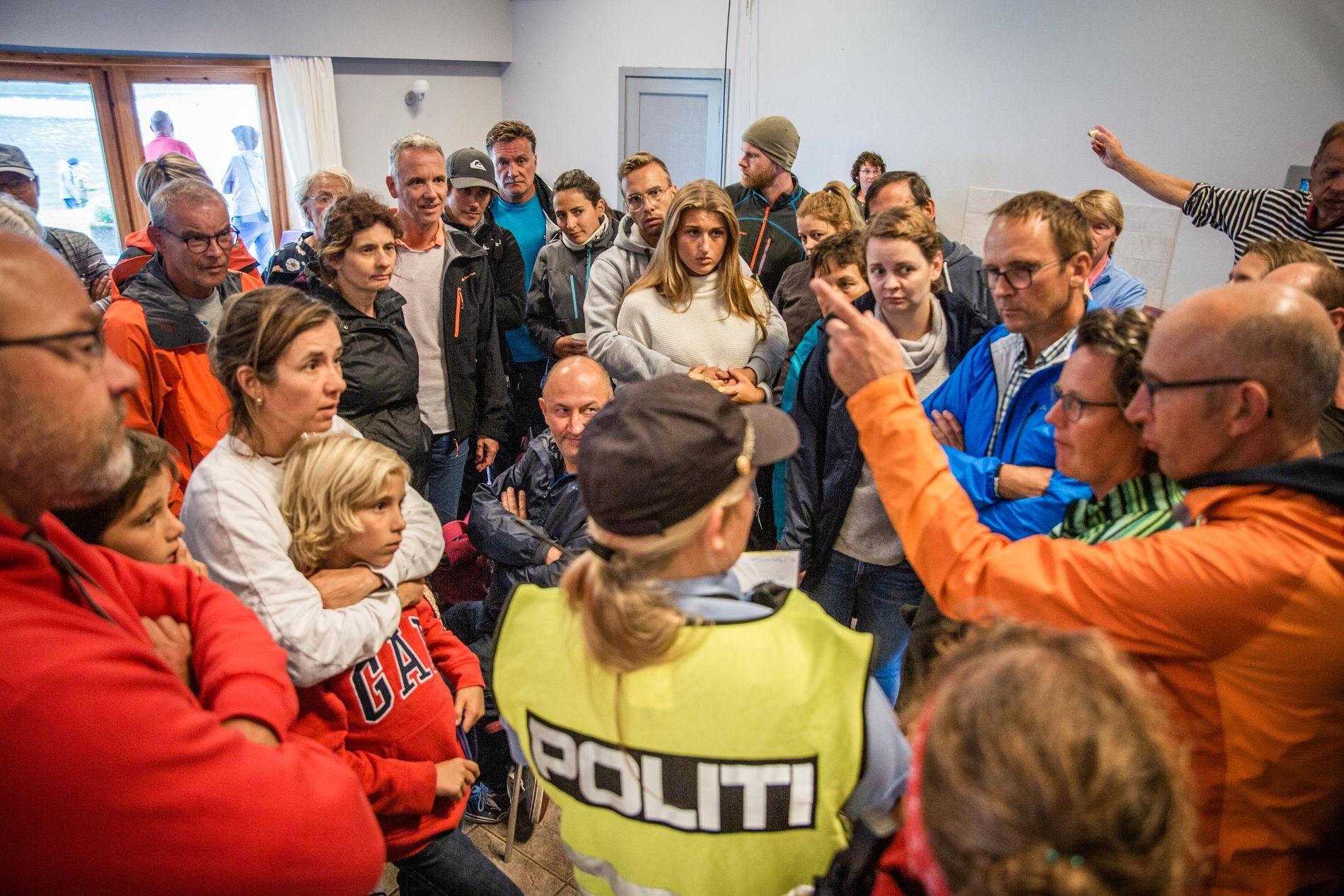 MØTE: Bildet er tatt på et informasjonsmøte som politiet holdt for evakuerte på Vassenden.