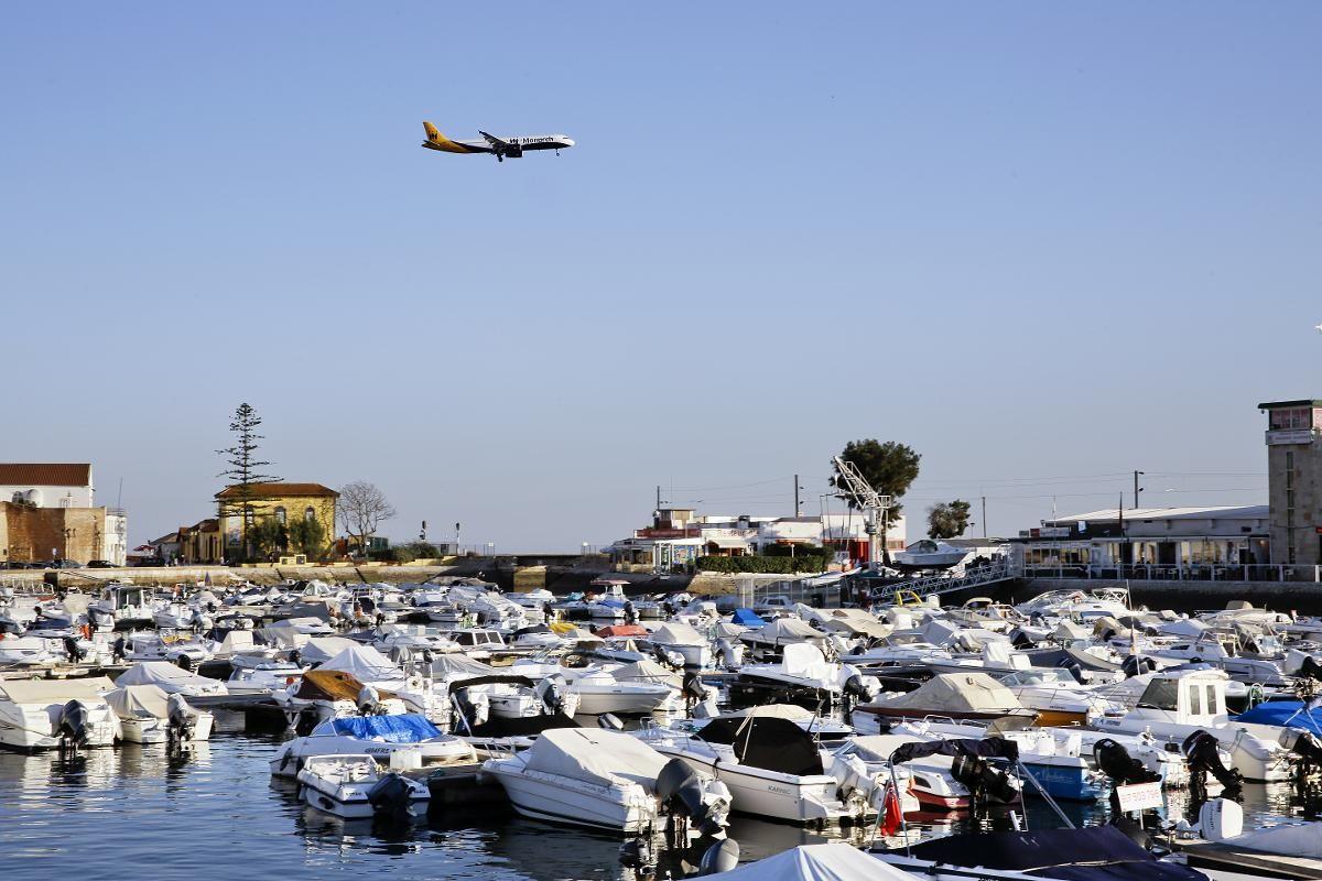 FLYPLASSBYEN: Flyene kommer lavt inn over Faro. Flyplassen ligger under ti minutter fra sentrum av byen.