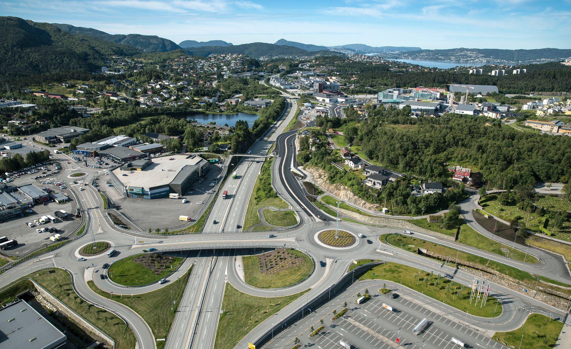 SPAGETTIKRYSS: Slik ser Åsane ut fra luften. Store motorveier og kjøpesentre dominerer landskapet.