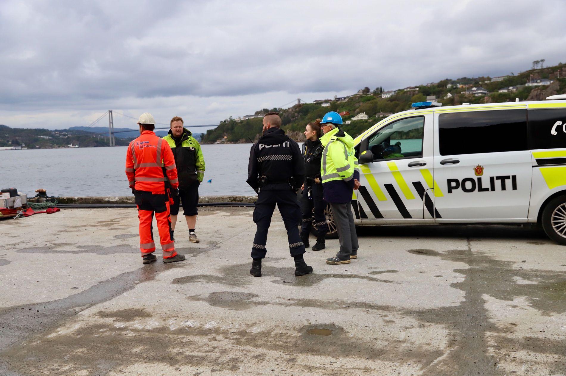 PÅ PLASS: Politiet rykket ut etter at de fikk melding om oljeutslipp.