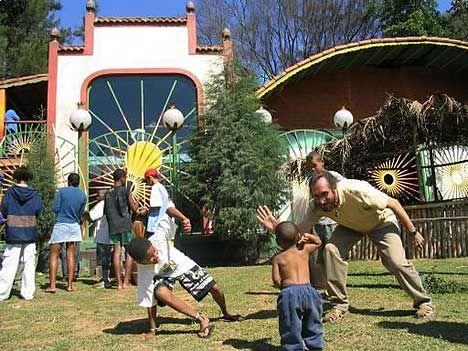 SLUMOASEN: Aktivitetssenteret Kolibriredet forebygger rekrutteringen av gatebarn i gigantbyen São Paulo. Her er Gregory Smith sammen med sønnen til sin fosterdatter Eliana.  FOTO: NRK