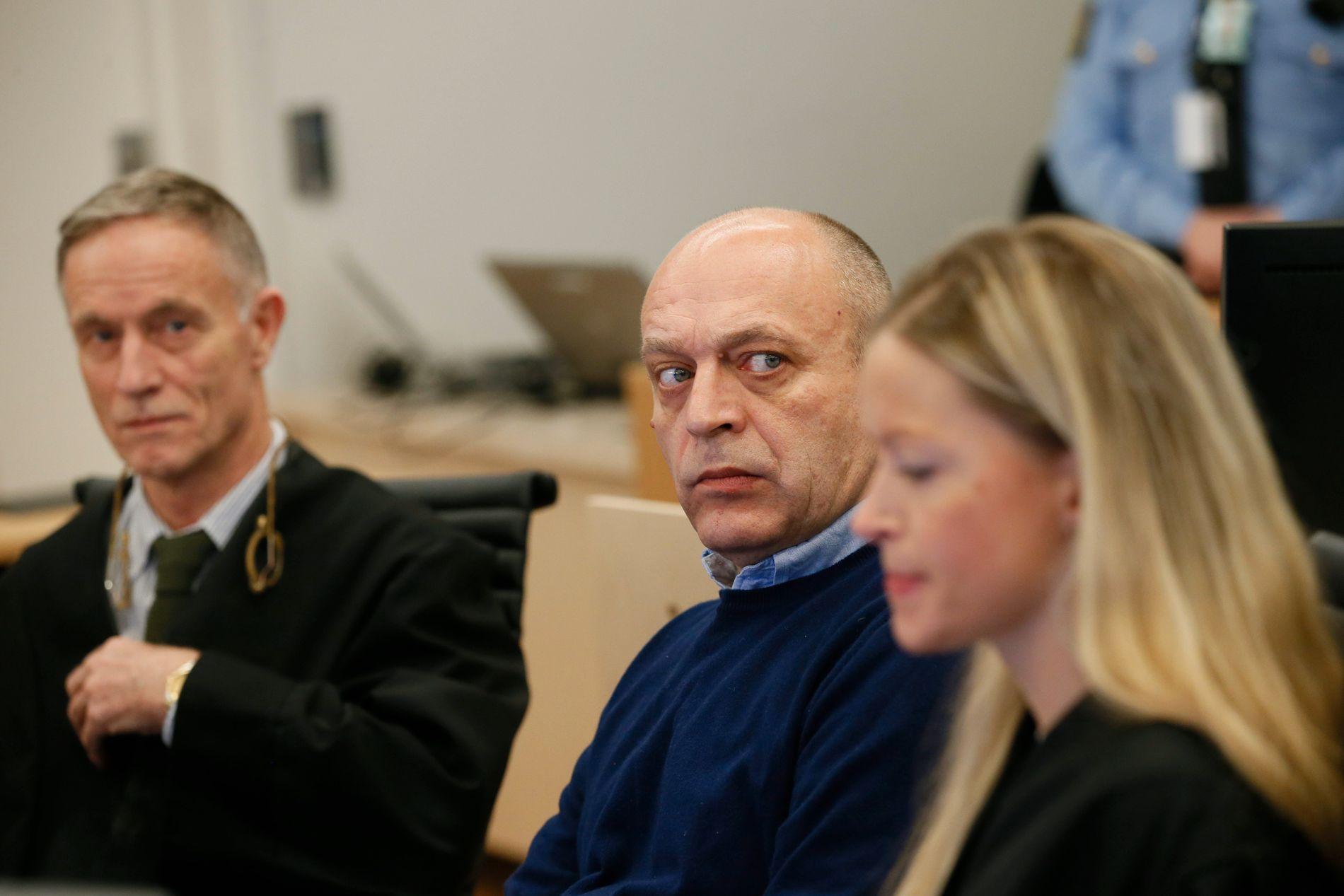 «HASJBARON»: Den selverklærte «hasjbaronen» Gjermund Cappelen (i midten) er tiltalt for grov korrupsjon og for å ha smuglet 16,2 tonn hasj til Norge. Her med forsvarerne Benedict de Vibe og Kaja de Vibe Malling.