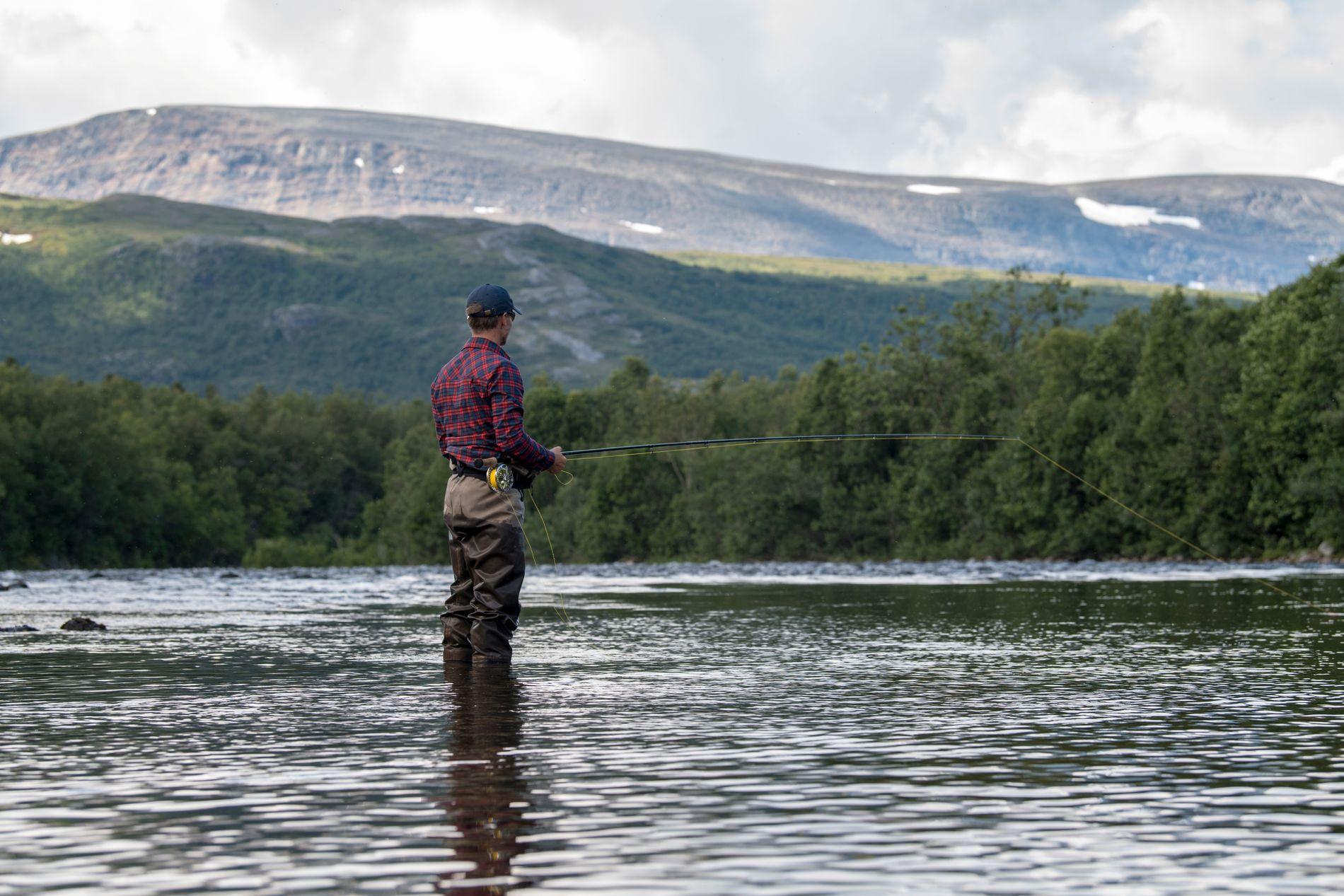 Fisket i øvre del av Lakselv gir gode naturopplevelser og muligheter for storfisk på kroken.