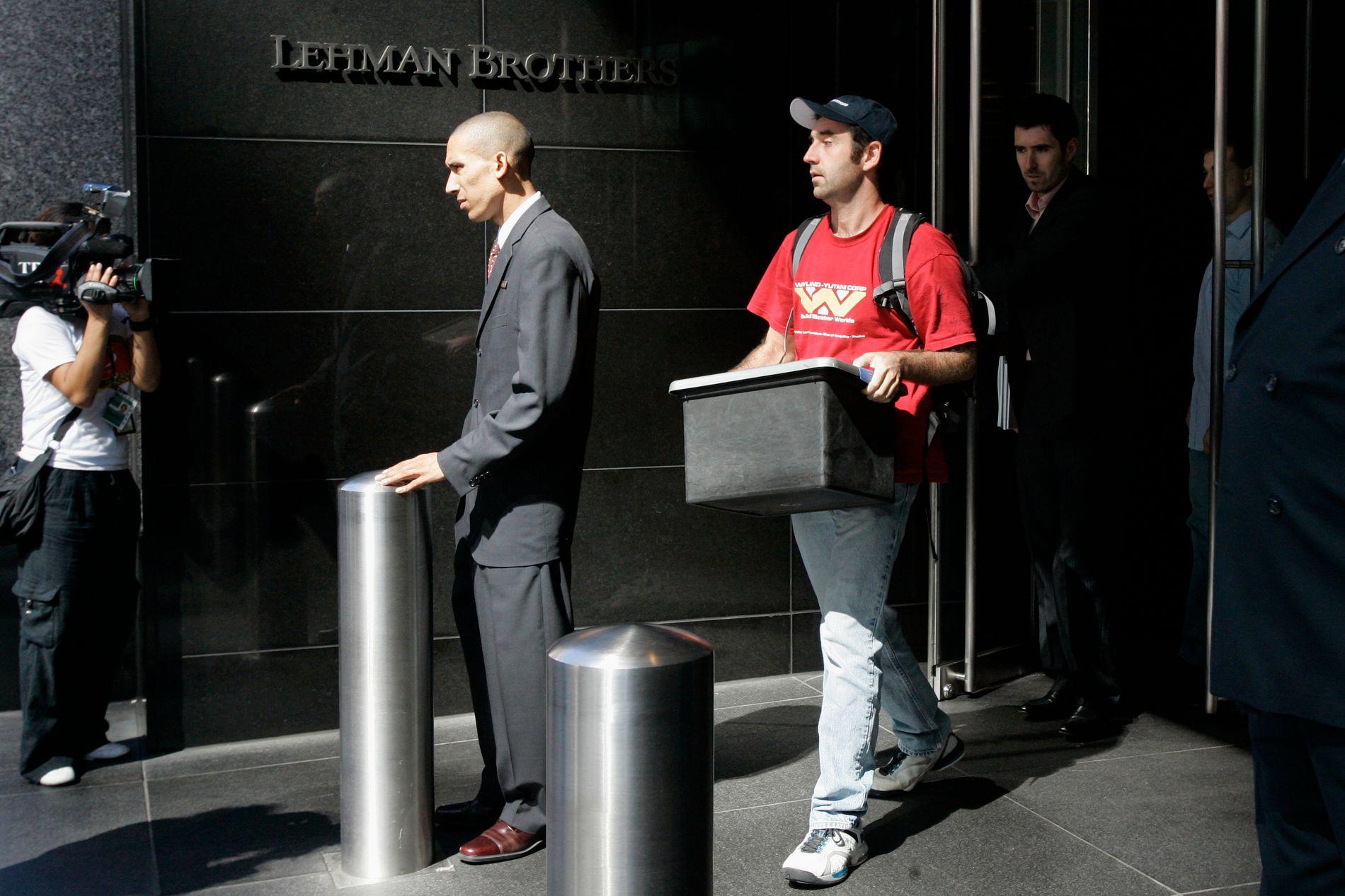 SLUTT: Ein tilsett på veg ut av Lehman Brothers lokaler i New York 15. september 2008. Banken hadde ei gjeld på over 600 milliardar dollar då han gjekk konkurs.