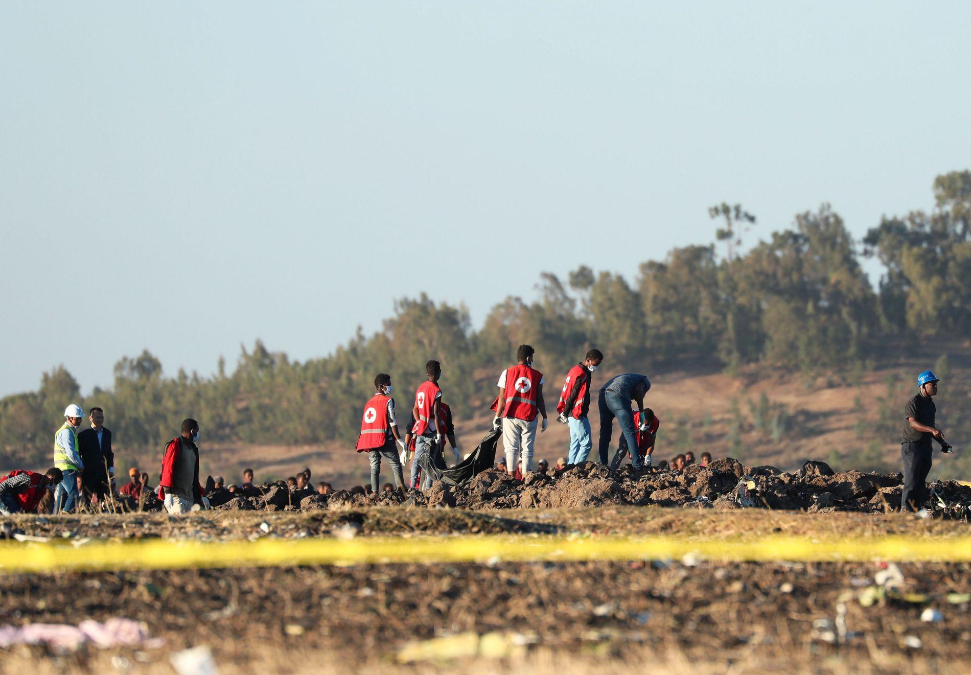 STYRT: På stedet der et fly fra Ethiopian Airlines gikk ned. Her er rydding i gang ved Bishoftu, sørøst for Addis Ababa.