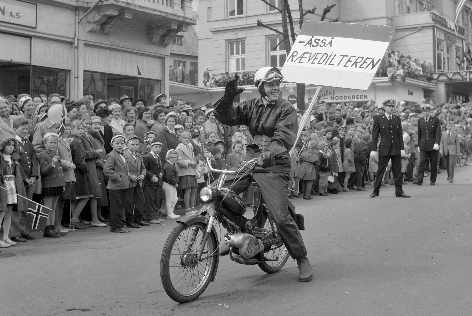 RÆVEDILTER: Her har vi en frisk og tidig type i hovedprosesjonen i Bergen på 17. mai i 1958.