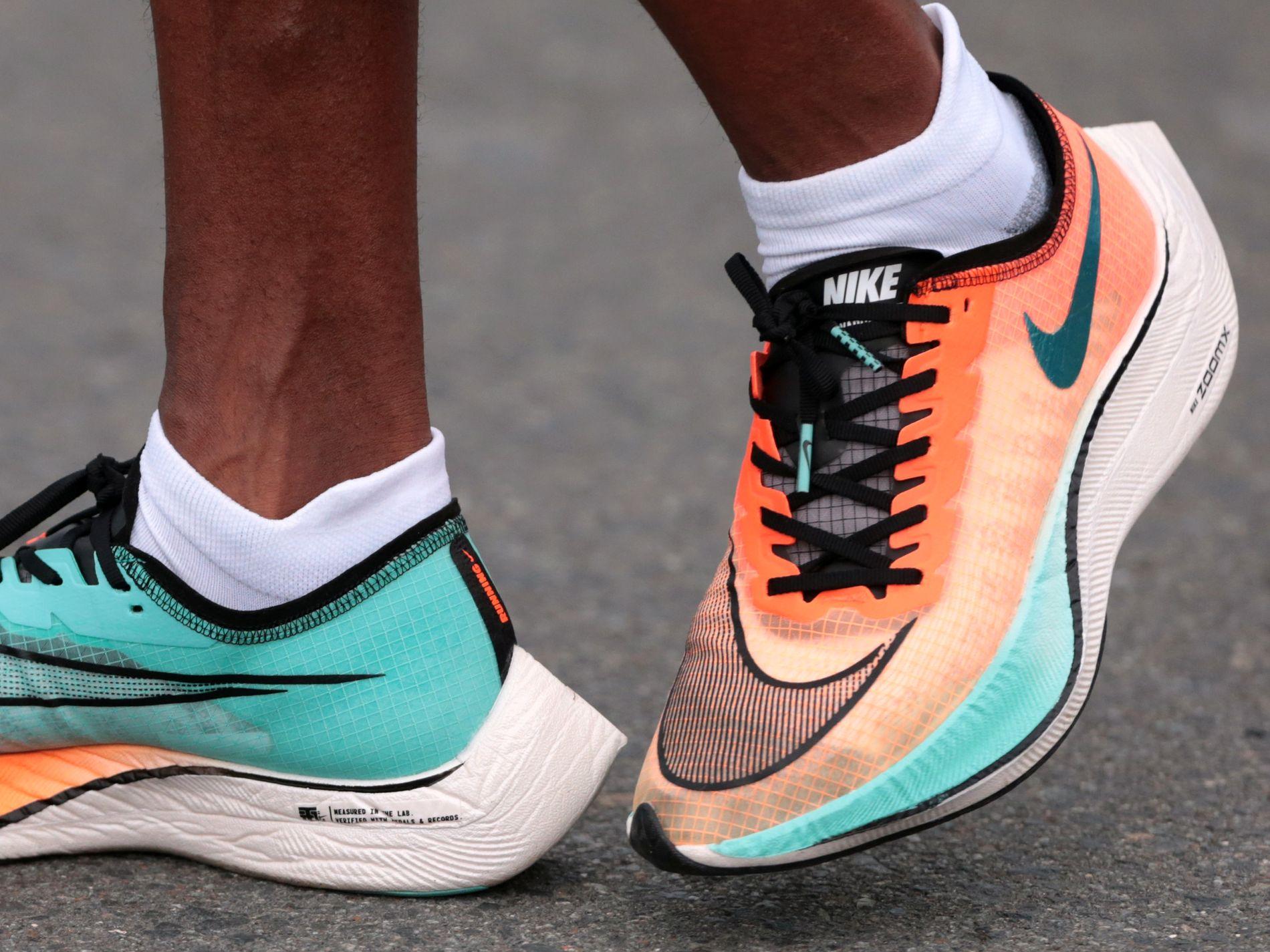 Skoene beskrives som «teknologidoping». I Norge rives de