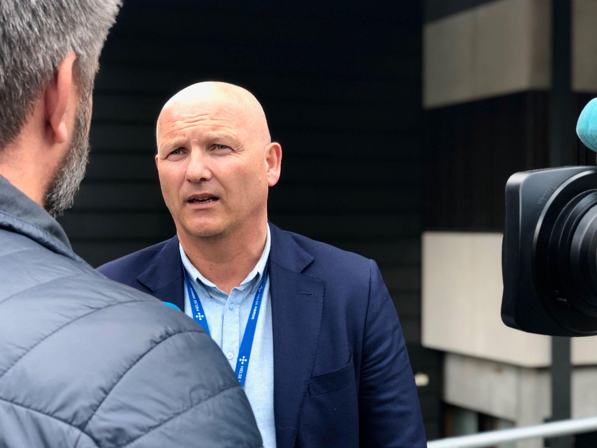 KARTLA SMITTEFARE: Administrerende direktør Arve Varden i Helse Førde orienterte forrige uke om sykehusets håndtering av rabiessmitten.