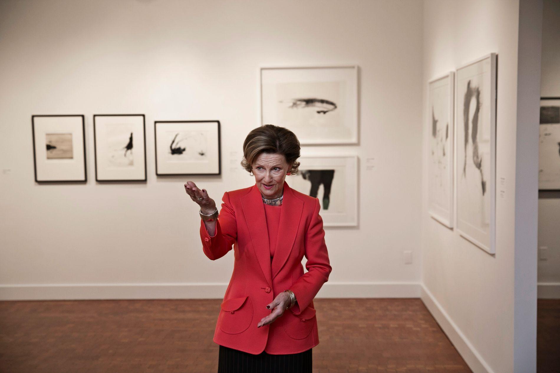AMBASSADØR: Dronning Sonja åpner her utstillingen «Prize Prints: The Queen Sonja Print Award» på Scandinavia House i New York i 2015. I bakgrunnen Tina Kivinens kunst. Dronningen er en viktig talskvinne for norsk og nordisk kunst.