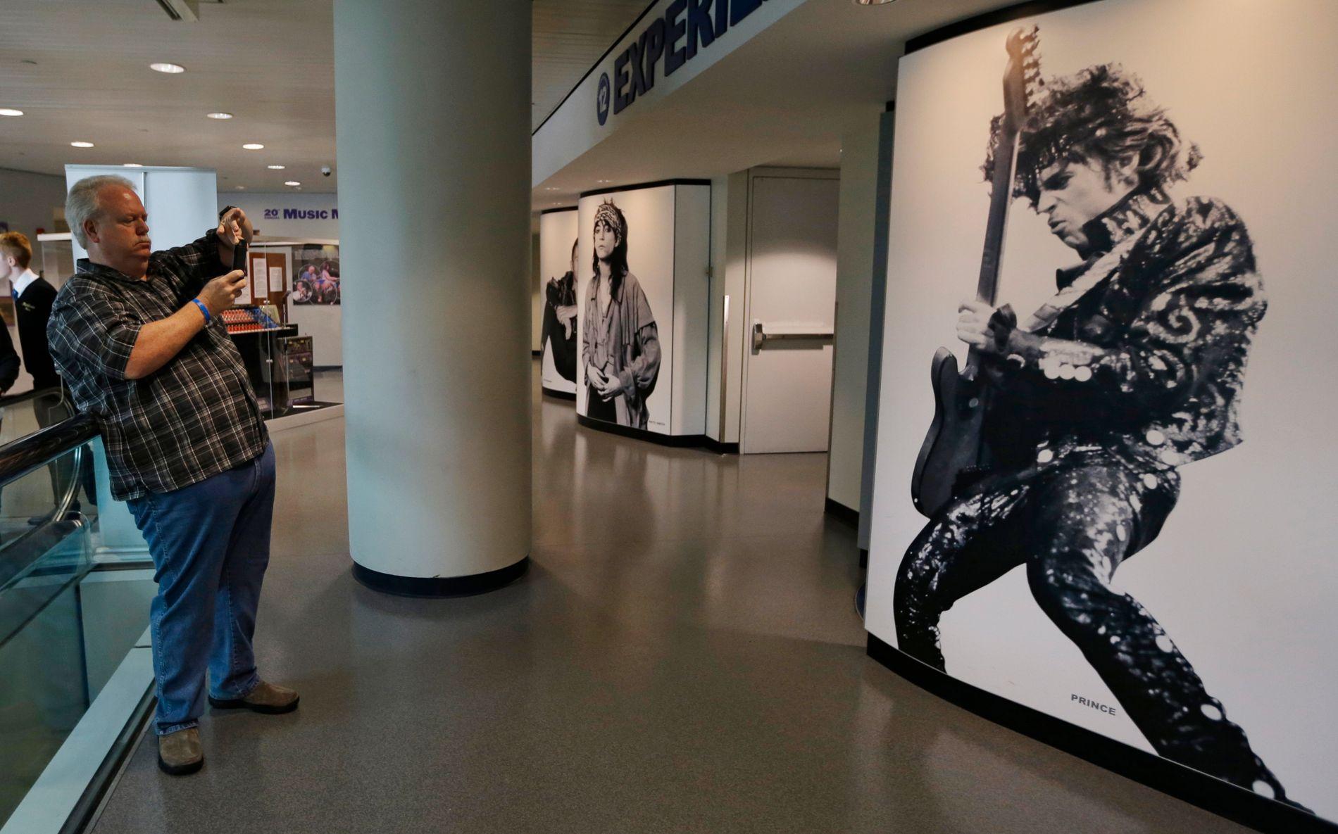 Miles Smith fra Houston, Texas, tok fredag bilde av Prince-veggen ved Rock and Roll Hall of Fame and Museum i Cleveland. Prince døde torsdag.