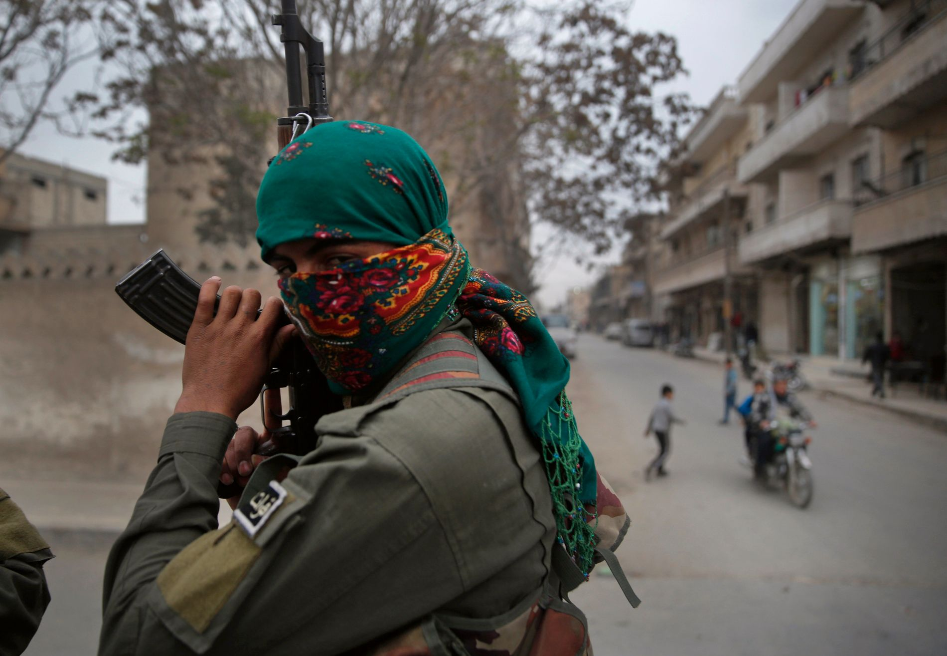 RUSSISK HJELP: Den kurdiske YPG-militsen (bildet) har inngått en avtale med regimet i Damaskus, som har sendt over 300 soldater til Manbij for å beskytte mot tyrkiske angrep. Avtalen er kommet i stand med russisk hjelp.