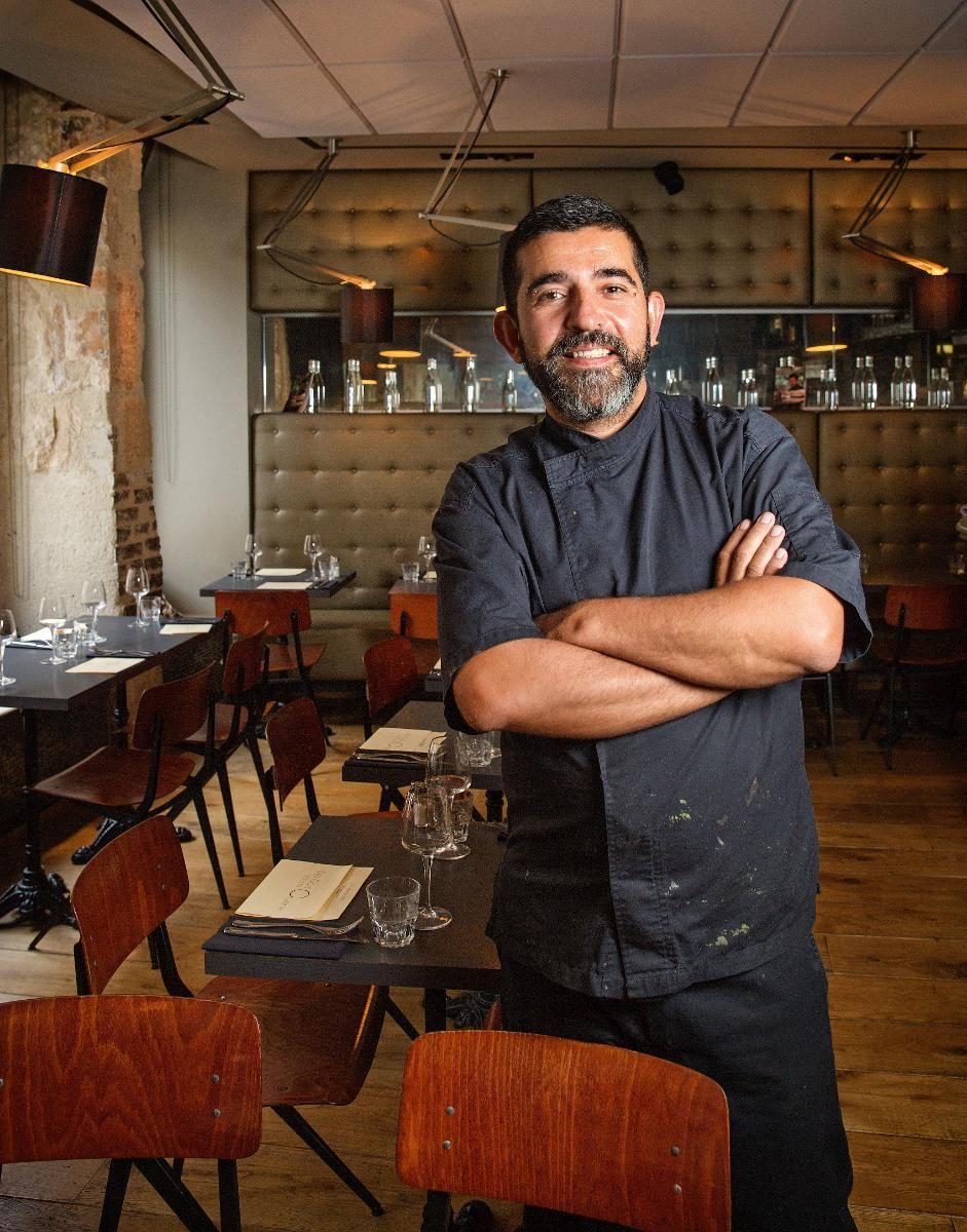 GUTTA PÅ KJØKKENET: Kjøkkensjef Gil Rosinha på Des Gars dans la Cuisine i Le Marais lager nydelig fransk mat med en fusion av Portugal, Japan og Thailand.