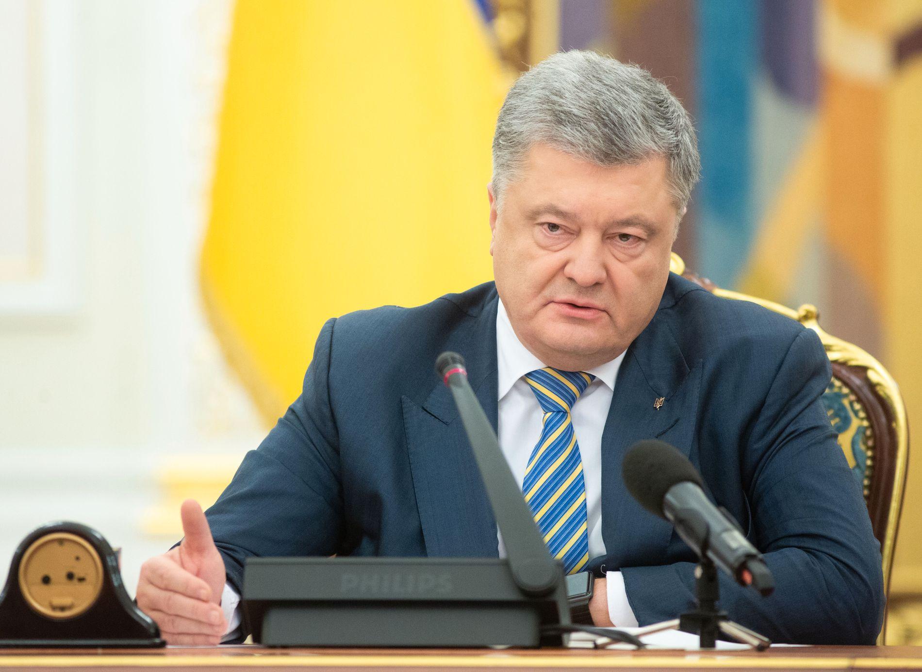 VIL HA UNNTAKSTILSTAND: Ukrainas president Petro Porosjenko bad om unntakstilstand under møtet i Det nasjonale tryggingsrådet. Kravet kom etter at Russland sperra sundet mellom Svartehavet og Azovhavet.