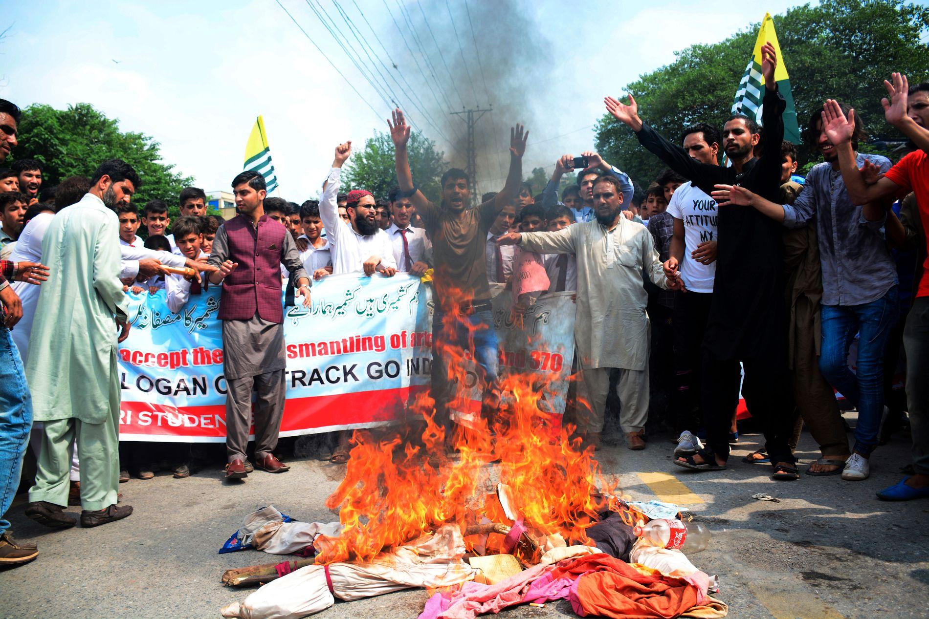 PROTESTERER: Innbyggere i Kashmir brenner bilder av indiske politiske ledere i Muzaffarabad i Kashmir, fredag 9. august i år.