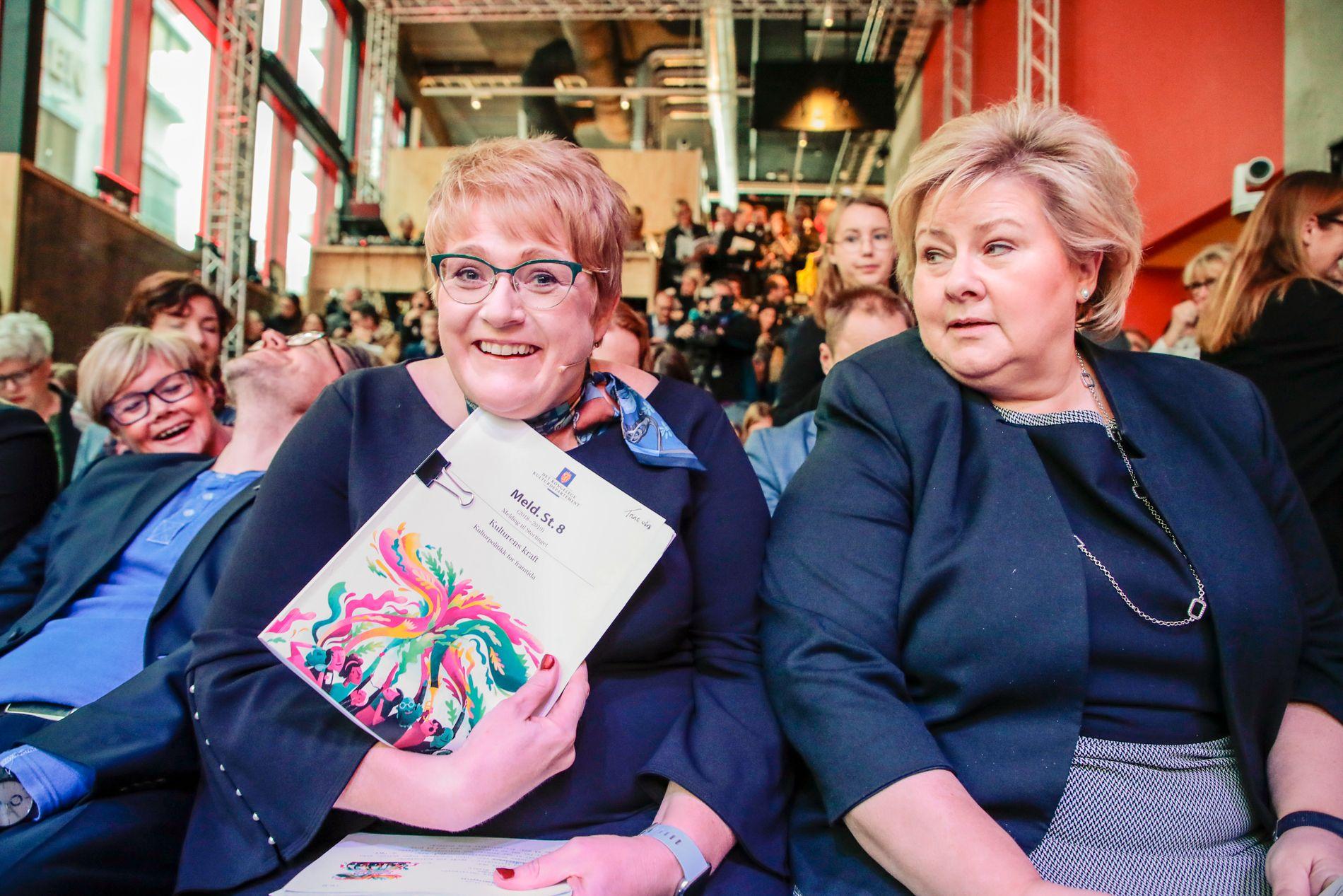 GLADMELDING? Kulturminister Trine Skei Grande (V) og statsminister Erna Solberg (H) presenterte den nye kulturmeldingen. «Trine Skei Grande var engasjert, på grensen til belærende, da hun presenterte meldingen i Oslo fredag. Mye av talen gikk med til å fortelle hva kulturlivet MÅ eller SKAL gjøre de neste årene. Problemet er at Grande er svært lite konkret på hva det KAN gjøre», skriver Frode Bjerkestrand.