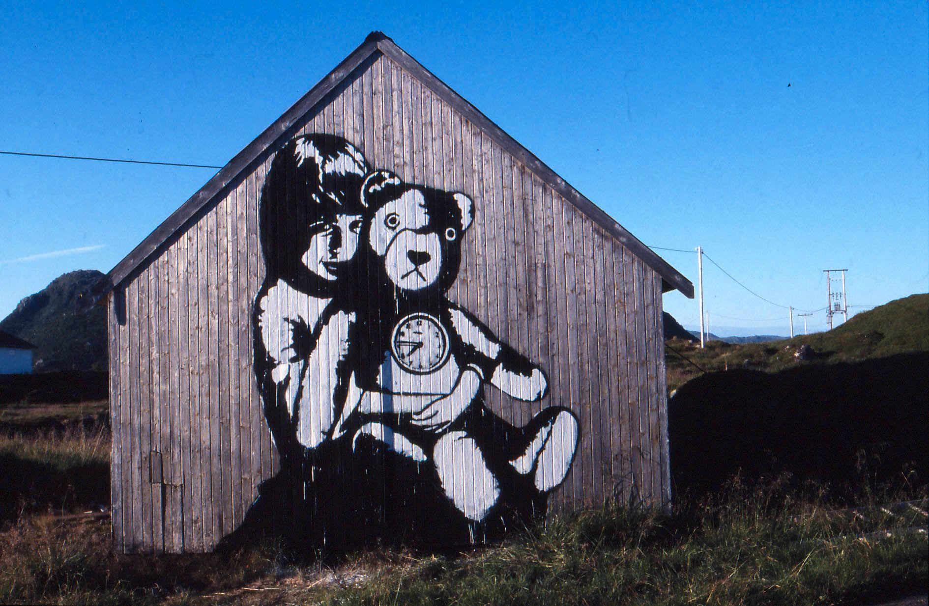 GATEKUNST: Slik ser det ut når Dolk har signert låvevegger i Lofoten.