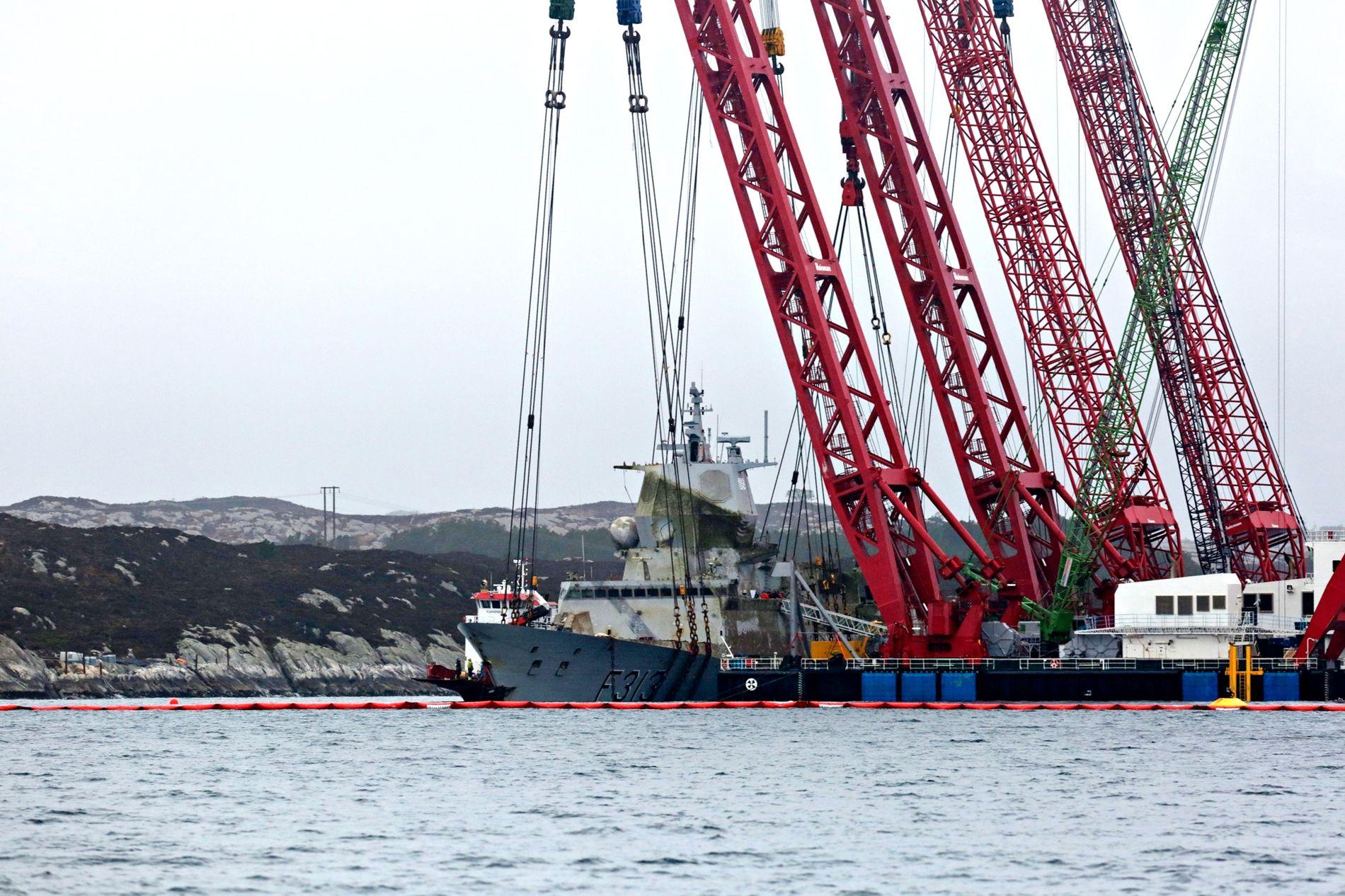 HAVARISTEN: Fregatten fraktes til Hanøytangen. De to kranlekterne som hever fartøyet må nemlig ligge helt i ro ved siden av hverandre slik at de fire kranene på lekterne kan løfte synkront.