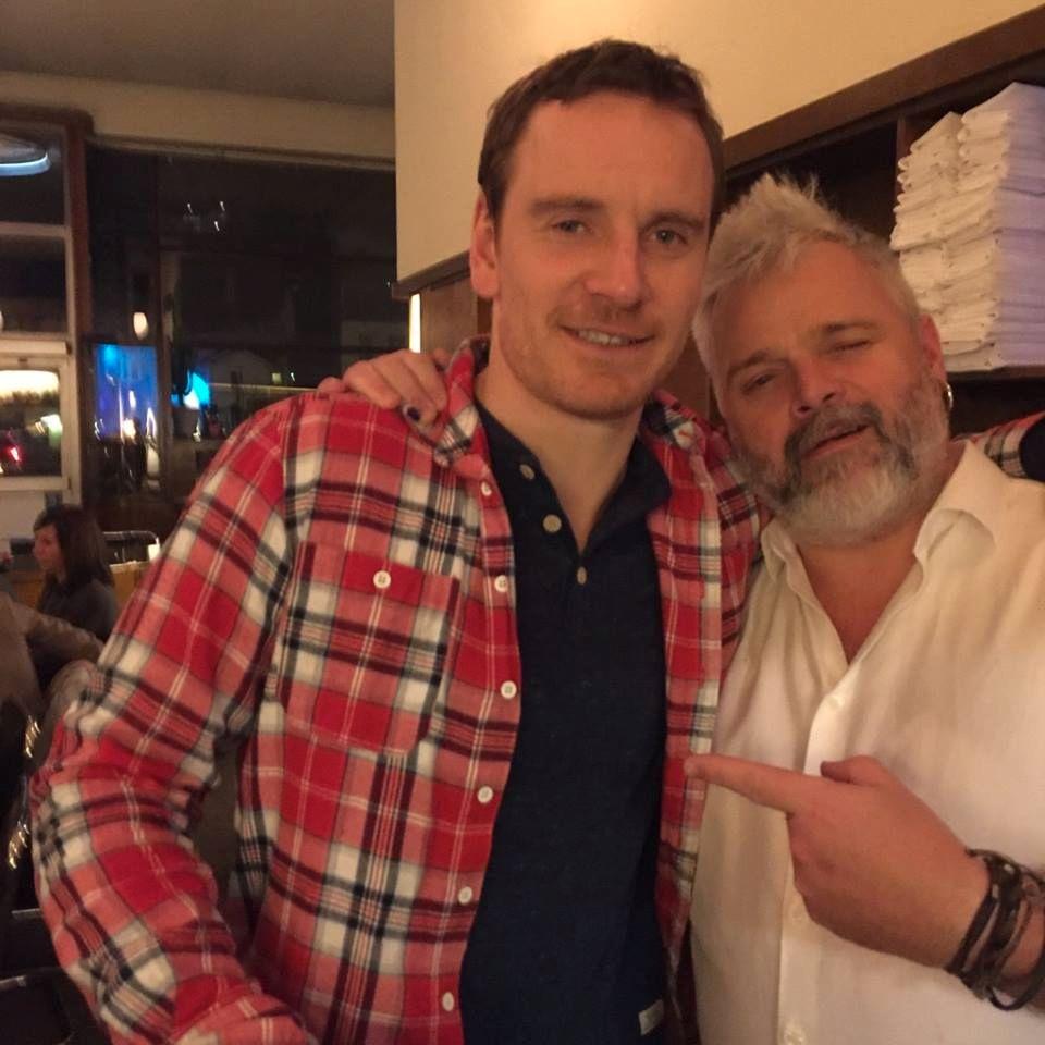 SELFIE: Medeier i Bien bar, Petter Lidal, grep sjansen og skaffet seg en selfie med Hollywood-stjerne Michael Fassbender da han besøkte baren onsdag kveld.