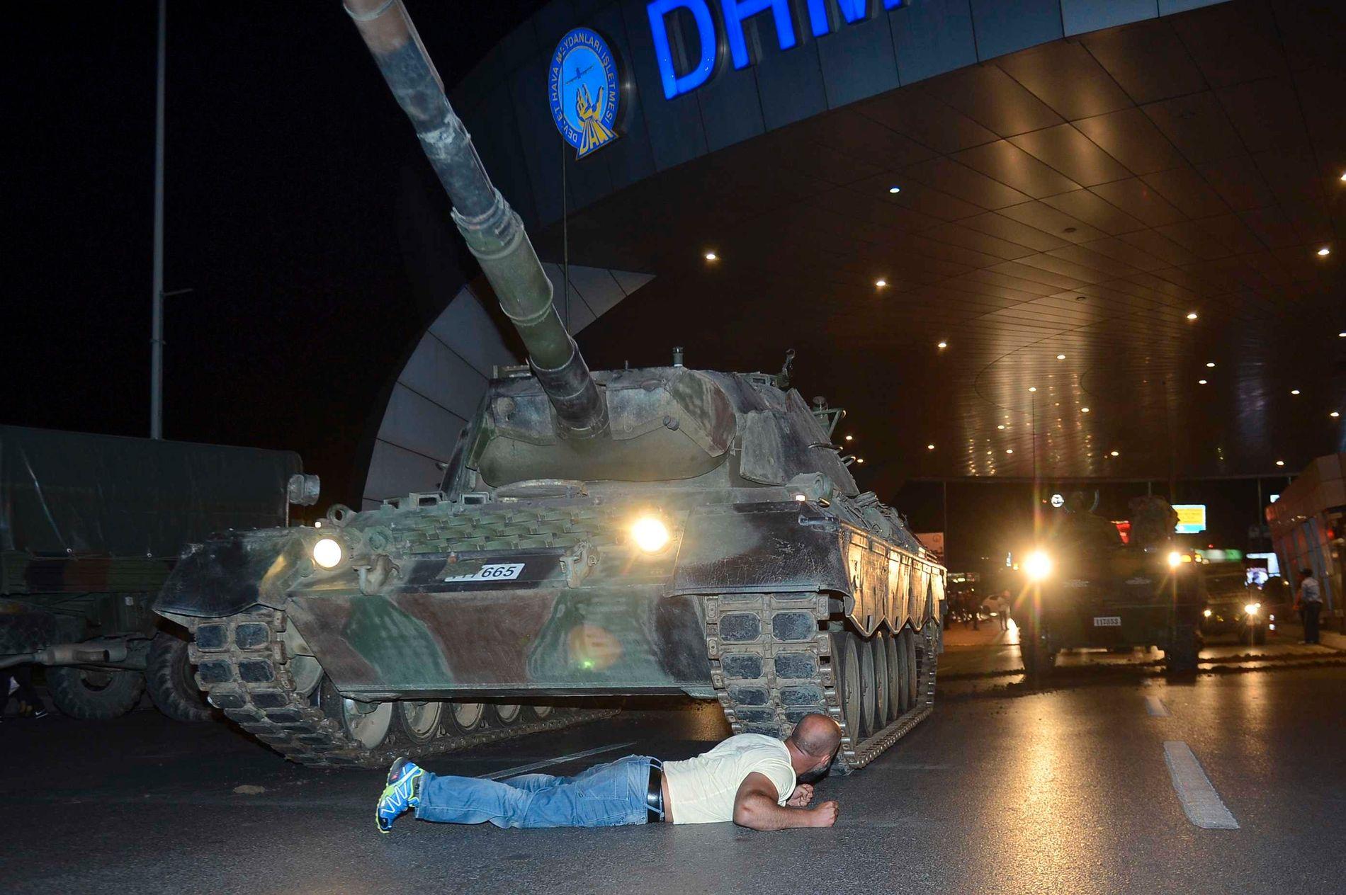 KUPPFORSØK: Ein mann ligg framfor ei stridsvogn natt til 16. juli 2016, då delar av det tyrkiske militæret forsøkte å ta makta i landet.