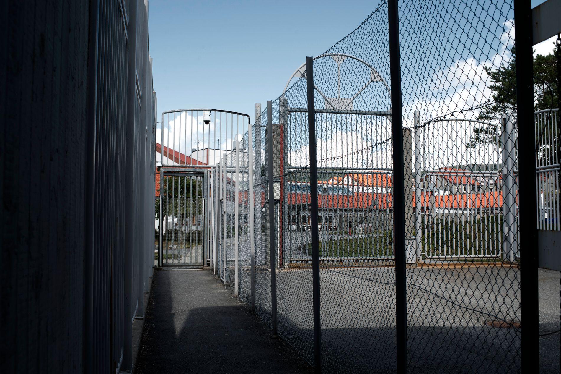 UNNGÅ FENGSEL: Poenget med ungdomsstraff er å holde ungdom unna fengsel. Da må de også få den hjelpen de trenger utenfor murene, skriver BT på lederplass.