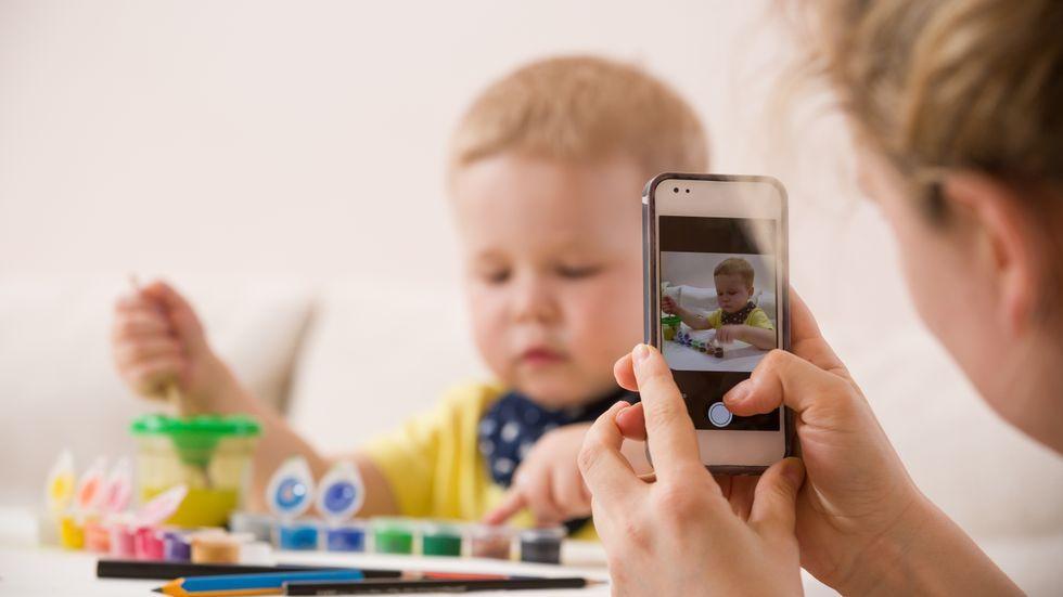 UKLART: I hvilken alder kan vi stole på at barna skjønner hva det innebærer å si ja til mor eller far som ønsker å dele et bilde av dem på Instagram eller Facebook?