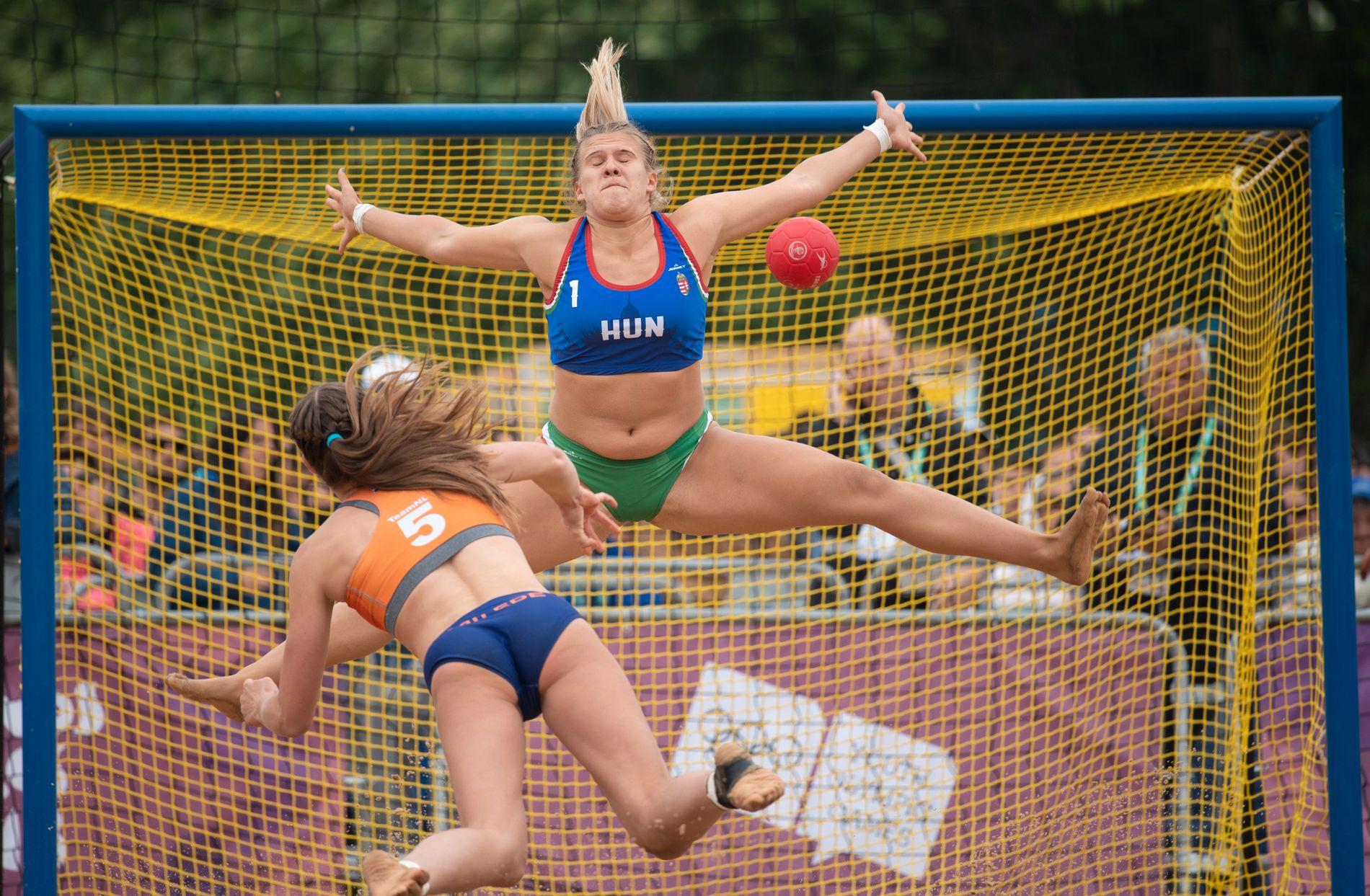 Under ungdoms-OL i 2018 hadde beachhåndball sin plass og uniformene var små bikinibukser og en topp. Nederlands Marit Van Ede skyter mål på Ungarns Greta Hadi.