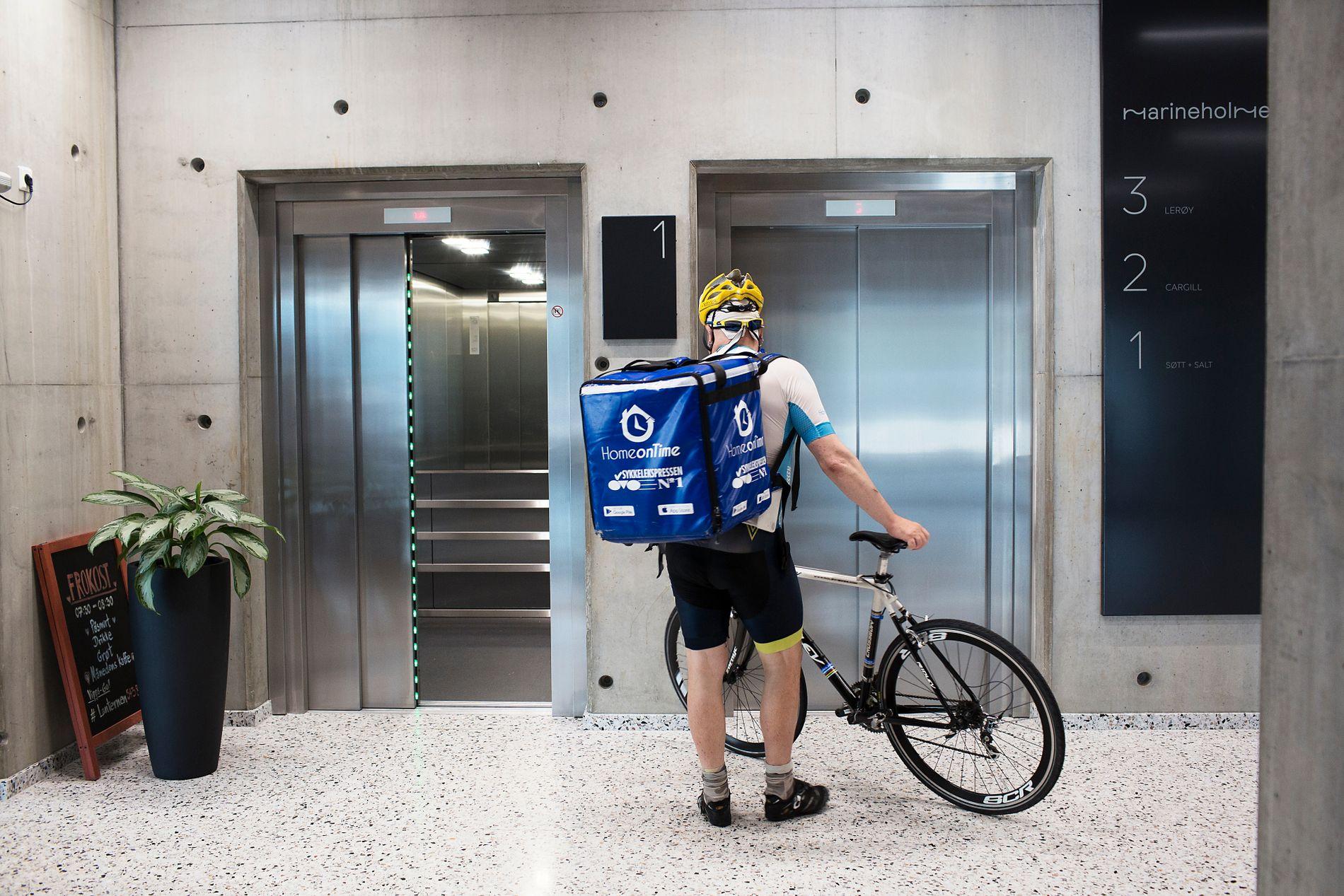 TAR HEISEN: I sommerhalvåret kan det bli varmt med mange timer på sykkelsetet. Mathisen velger heisen når han skal mange etasjer opp.