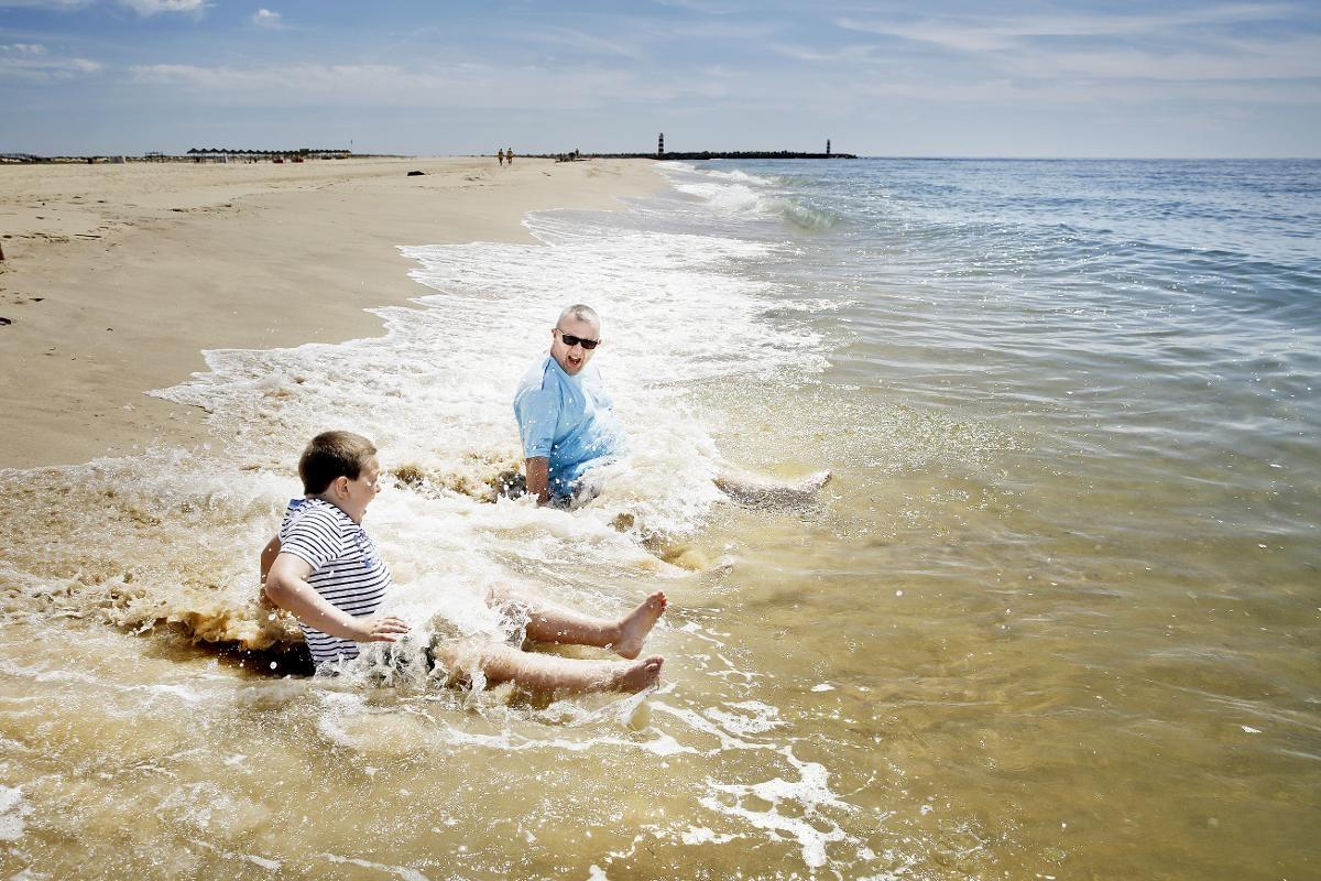 I BØLGENE: Paul Stead og sønnen Benjamin leker i bølgene på Ilha Deserta. Atlanterhavet kan være litt røft med kraftige bølger og mye vind, så det holder med lek i vannkanten denne dagen.