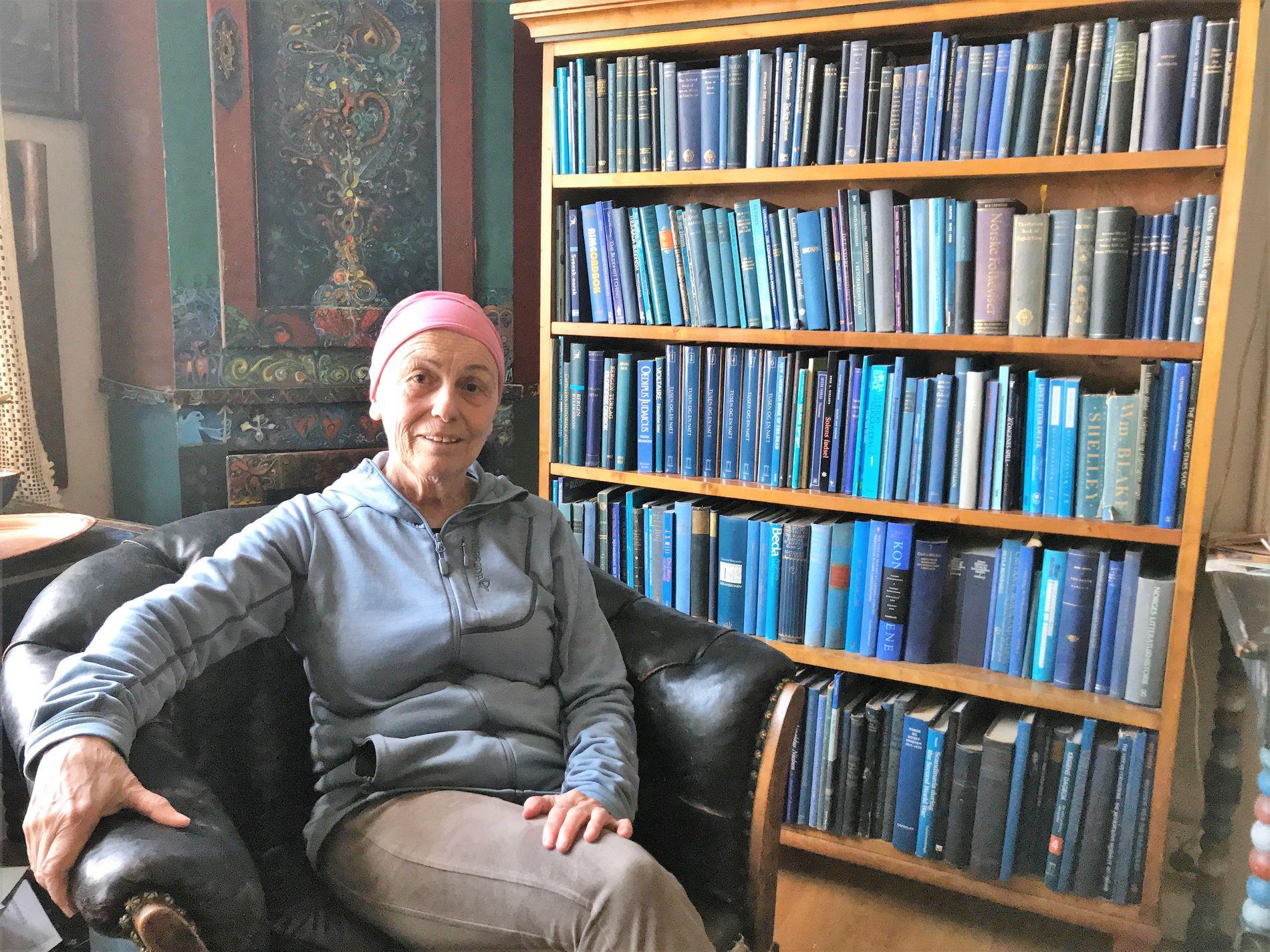 HEIMEN: – Hos oss var det alltid Georg som bestemte korleis det skulle sjå ut,  fortel sambuaren Laila Aase. Dei blå bøkene plasserte han i den blå stova, dei raude bøkene i den raude.